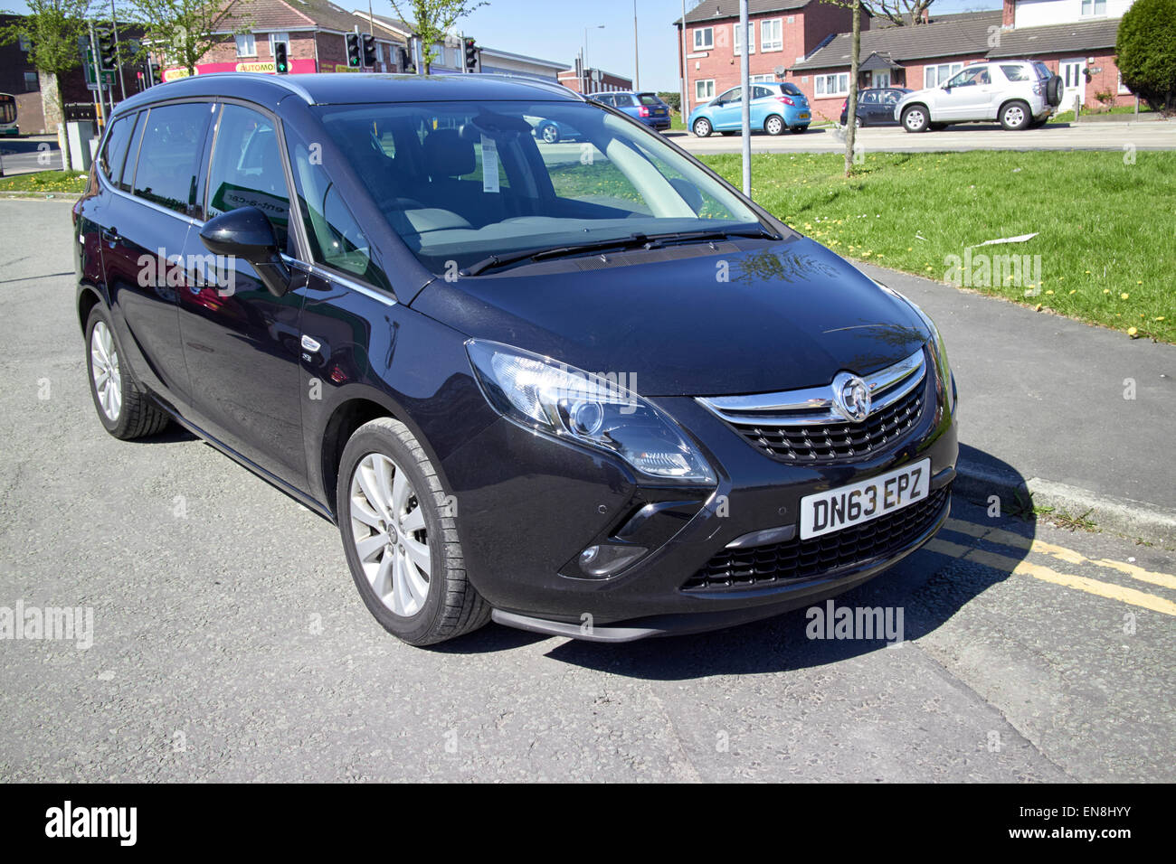 vauxhall safira mpv parked on double yellow lines in residential area of england uk - Stock Image