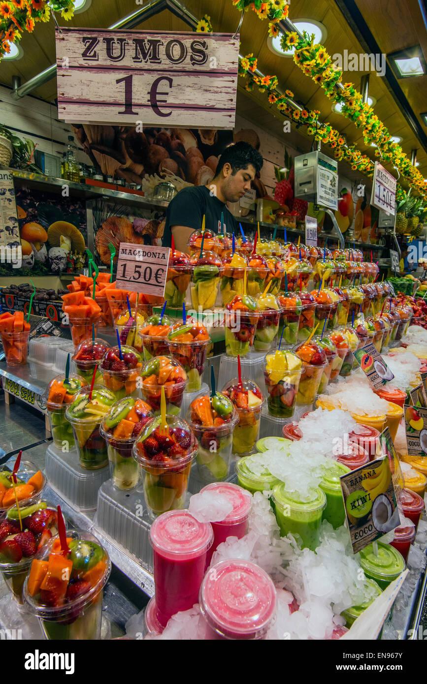 Colorful fresh juices stall at La Boqueria market, Barcelona, Catalonia, Spain - Stock Image