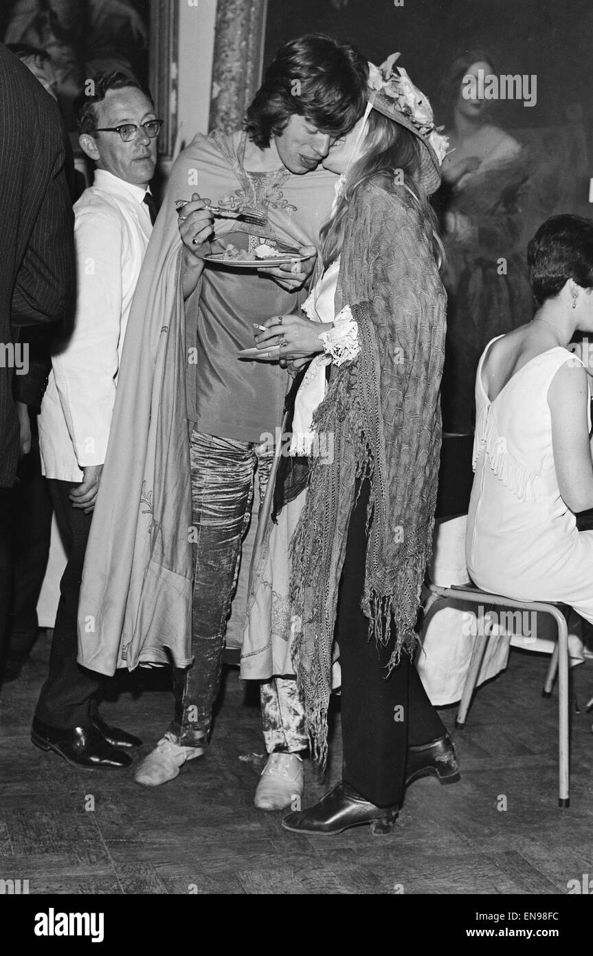 Mick Jagger of The Rolling Stones and Marianne Faithfull at the Butler dinner society in Dublin. 13th August 1967. - Stock Image