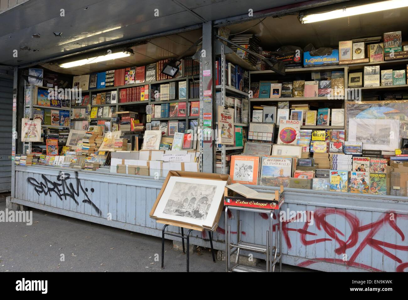 Used book stand in the market place opposite the Termini, Rome, Italy. - Stock Image