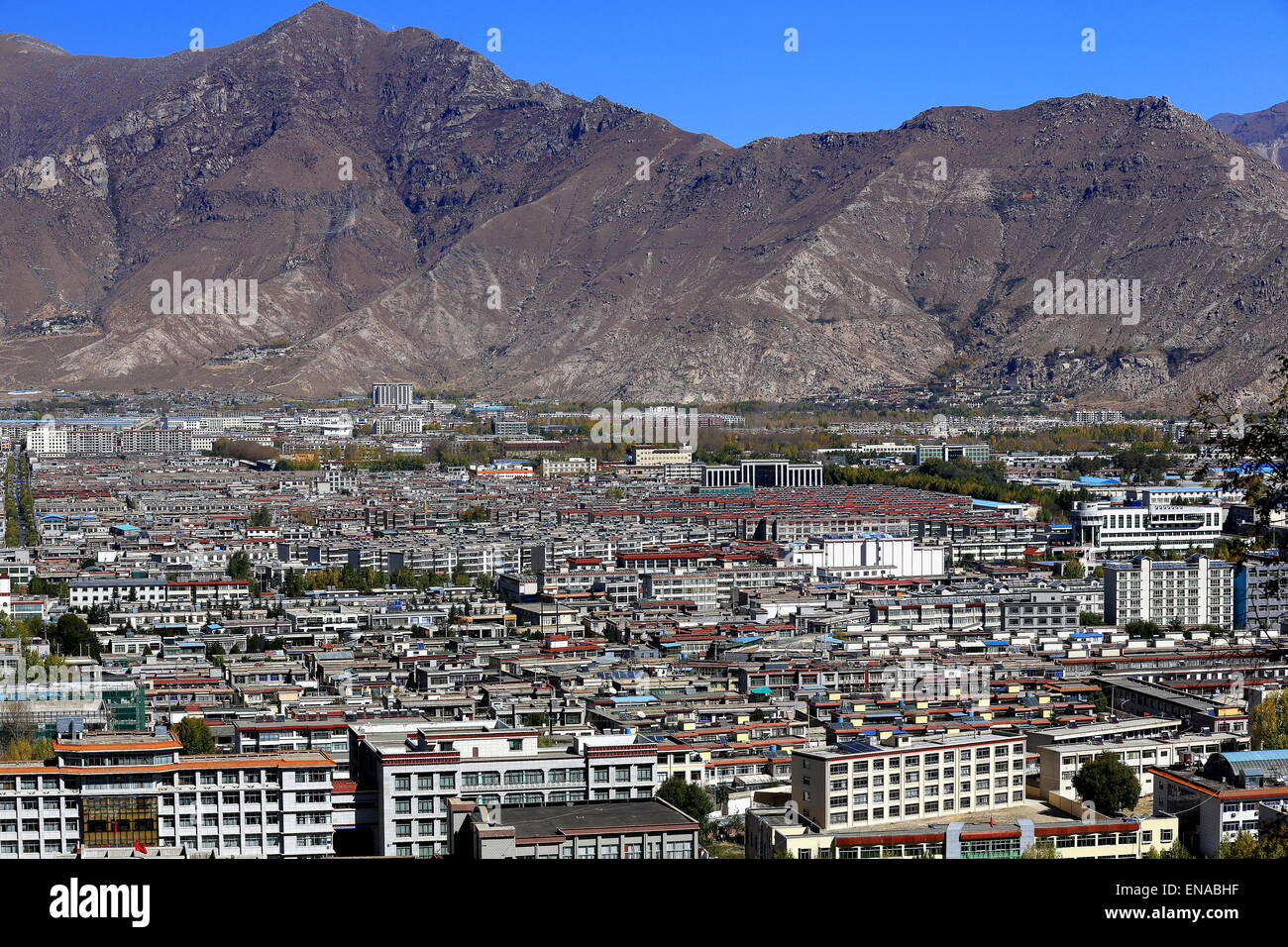 View over Lhasa city to the N.of the Potala palace including the Potrang Karpo and Marpo-White and Red palaces. - Stock Image