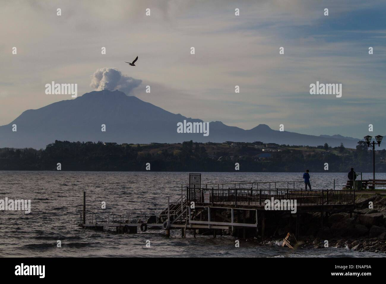 Puerto Varas, Chile. 30th Apr, 2015. Smoke and ash rise from the Calbuco volcano in Puerto Varas, Llanquihue province, - Stock Image