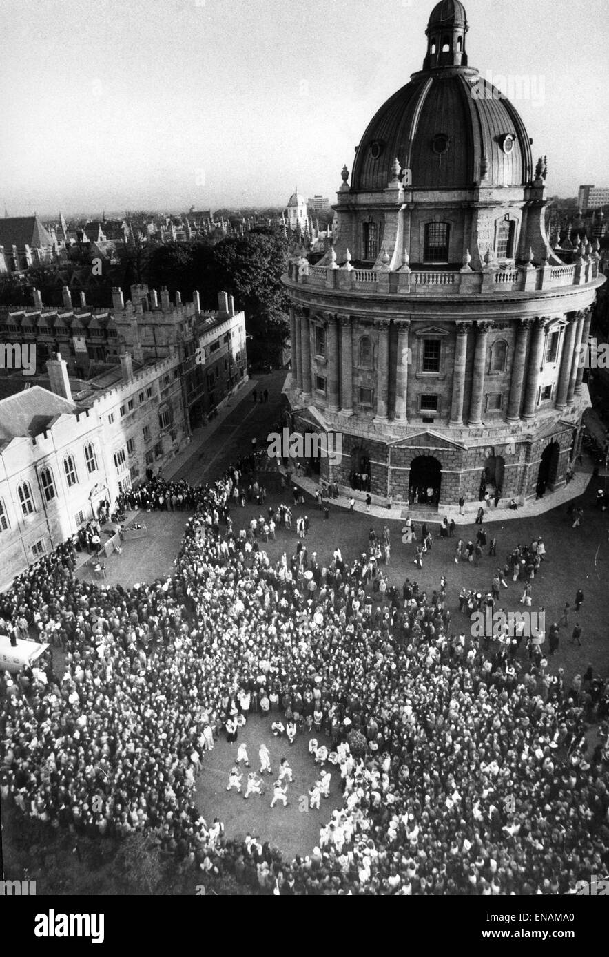 FILE PHOTOS: Oxford, Oxfordshire, UK. 1st May 1974. Oxford May Day celebration in Radciliffe Square, Oxford. The - Stock Image