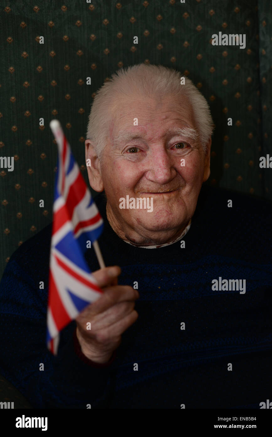 Barnsley, UK. 1st May 2015. 90 Year old Eric Cooper is shown enjoying an early VE Day 70th Anniversary party at - Stock Image