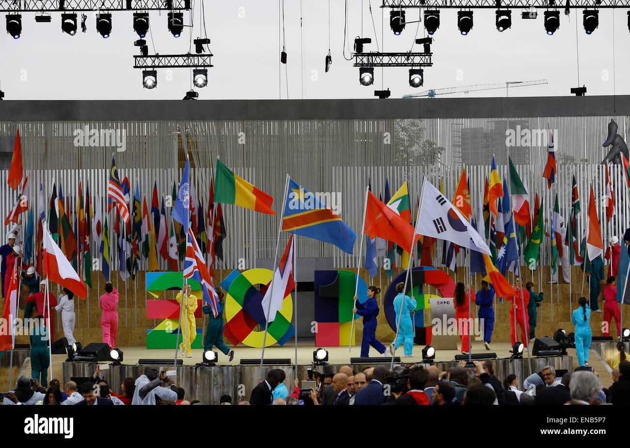 Milan, Italy. 1st May, 2015. Volunteers bring flags of countries and organizations to main stage at the opening - Stock Image