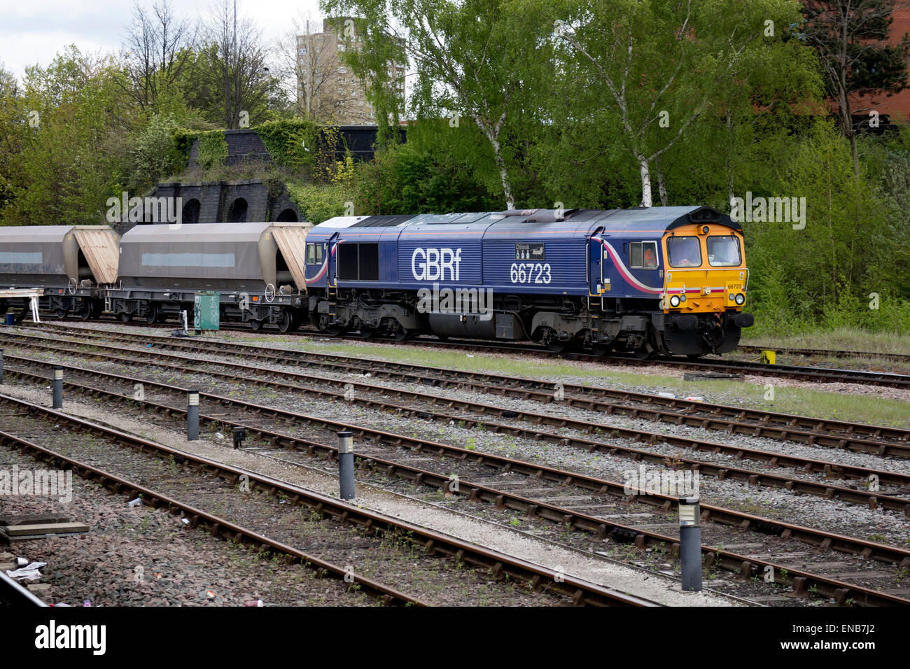Freight train passing through Leicester station, Leicestershire, UK - Stock Image