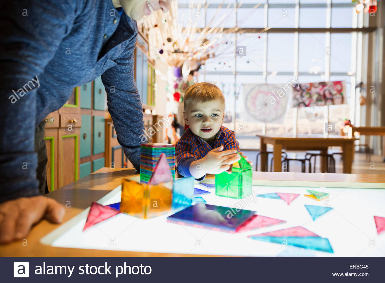 Father and son playing geometric models science center - Stock Image