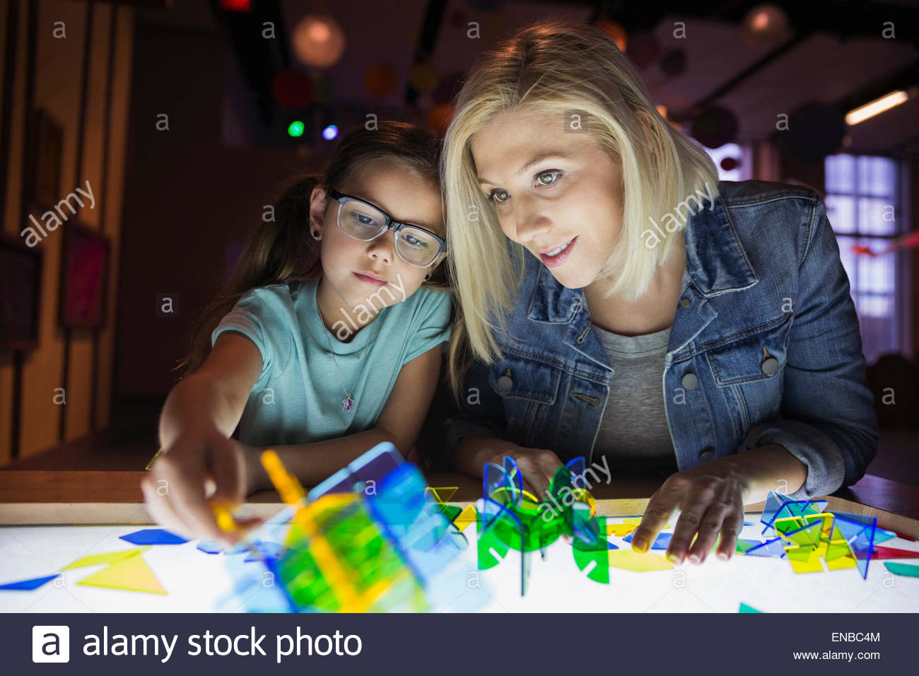 Mother daughter assembling geometric shapes at science center - Stock Image