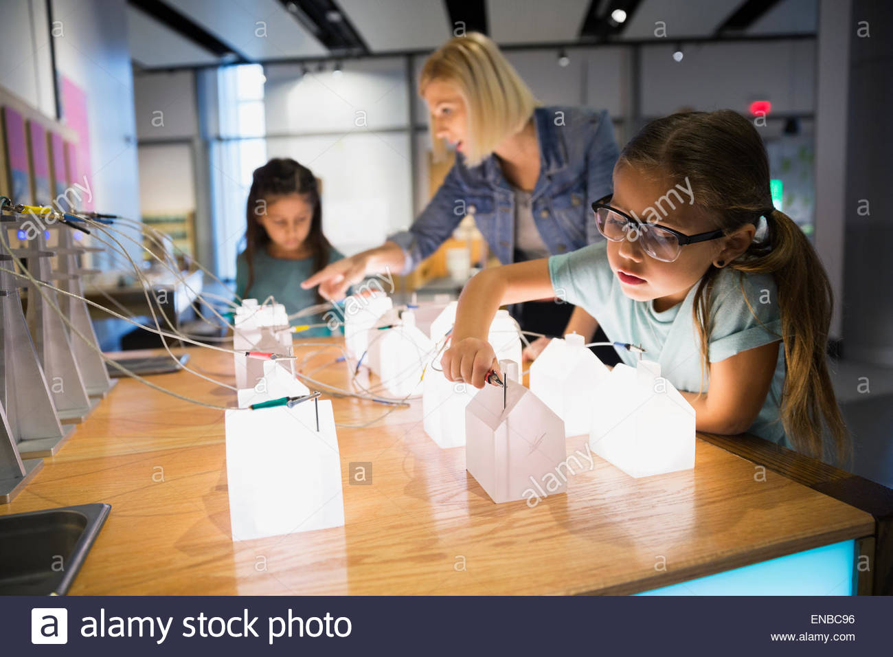 Family playing with electricity grid exhibit science center - Stock Image