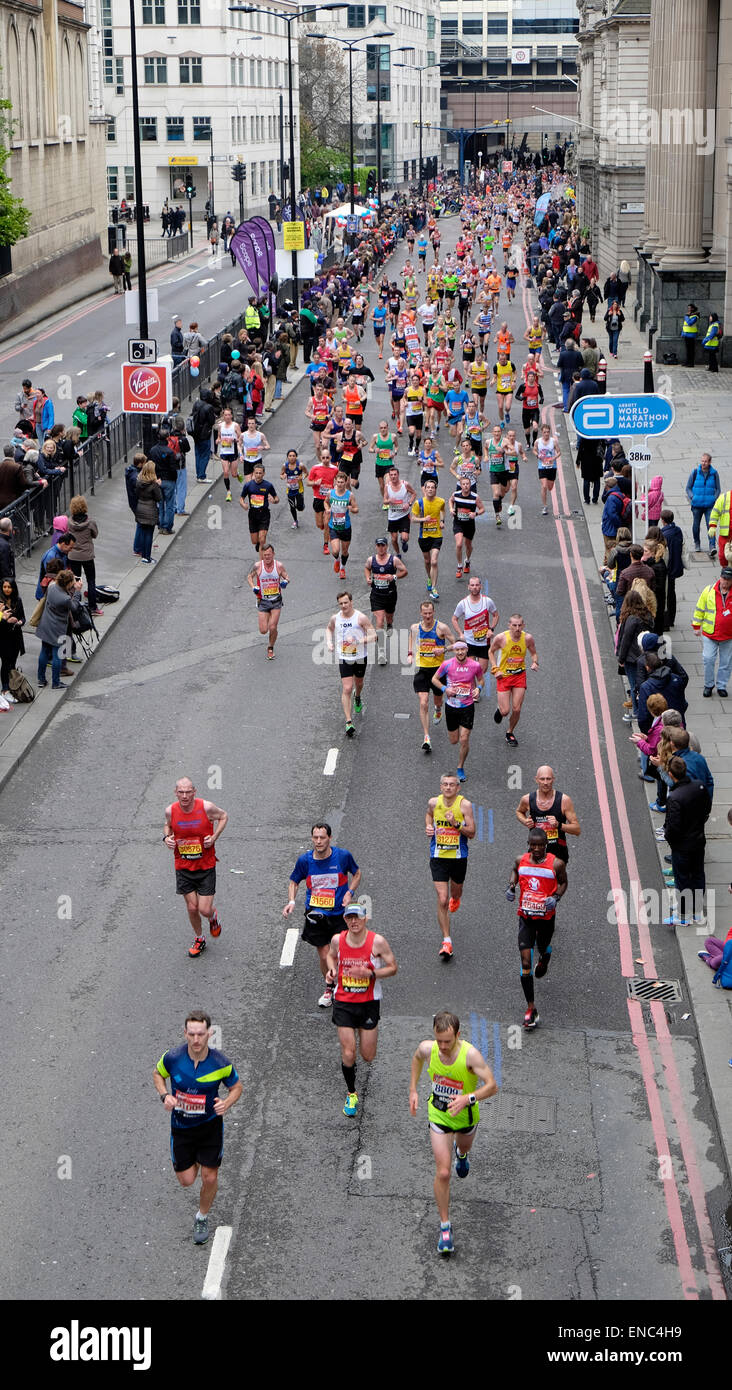 A high view of 2015 London Marathon runners on Upper Thames Street UK   KATHY DEWITT - Stock Image