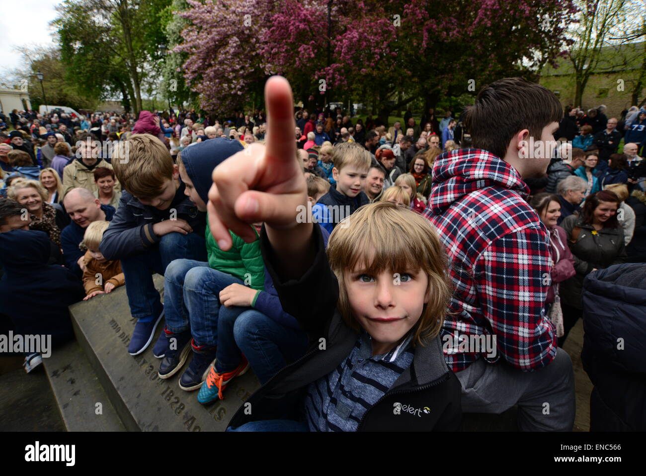Rotherham, UK. 2nd May 2015. A young boy hoping to catch a piece of bread which is thrown from the church tower at Wath All Saints Parish Church near Rotherham, South Yorkshire. One hundred bread bun are thrown to the waiting crowds below as part of the annual Wath Festival. Picture: Scott Bairstow/Alamy Stock Photo