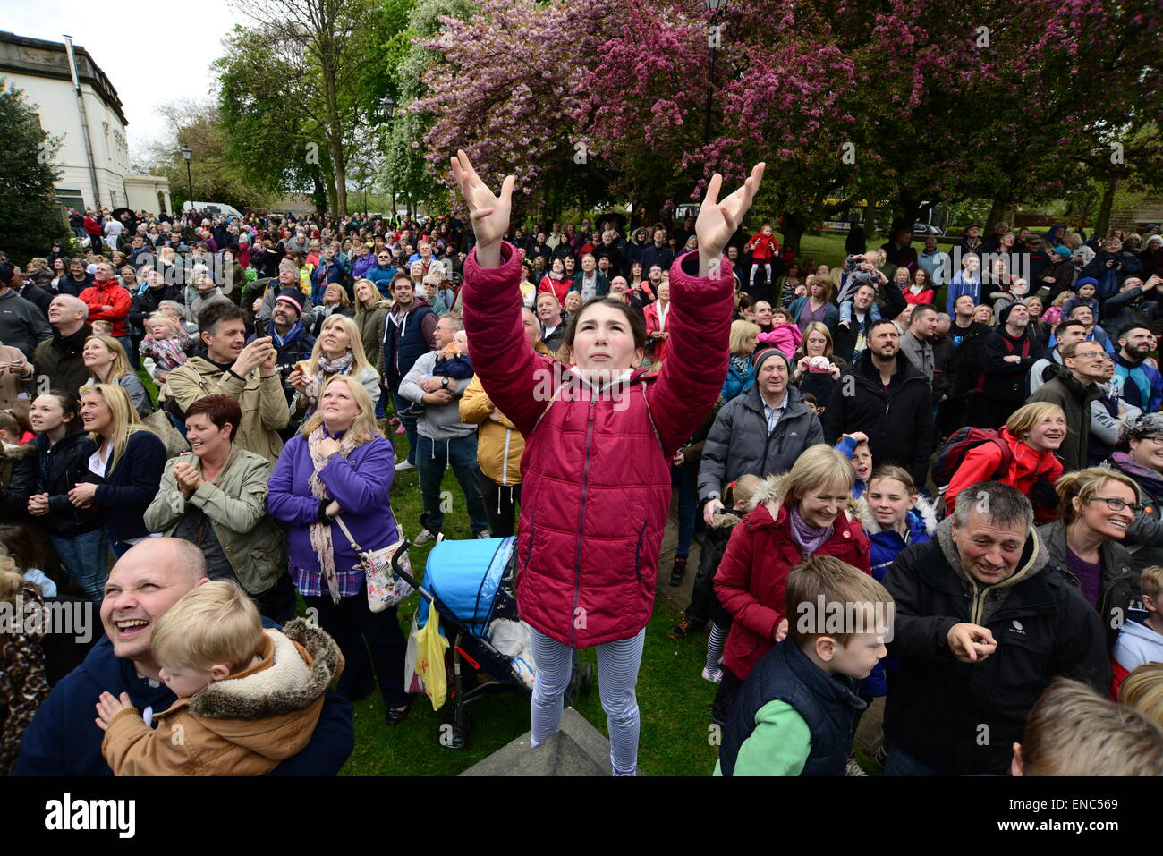 Rotherham, UK. 2nd May 2015. A young girl hoping to catch a piece of bread which is thrown from the church tower at Wath All Saints Parish Church near Rotherham, South Yorkshire. One hundred bread bun are thrown to the waiting crowds below as part of the annual Wath Festival. Picture: Scott Bairstow/Alamy Stock Photo