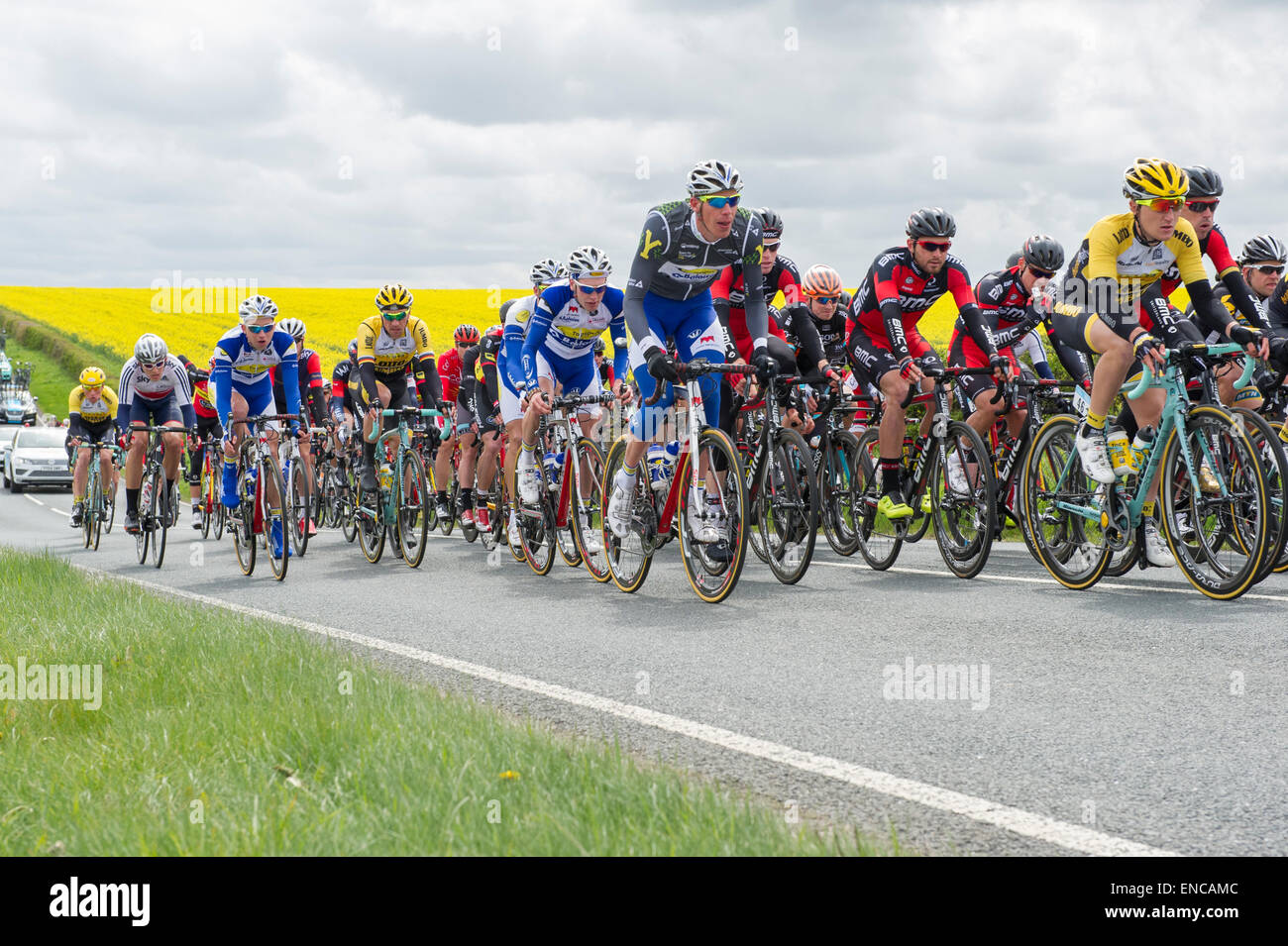 Main peloton of cyclists, Stage two, Tour de Yorkshire, Yorkshire Wolds in background. Yorkshire, England, UK Stock Photo
