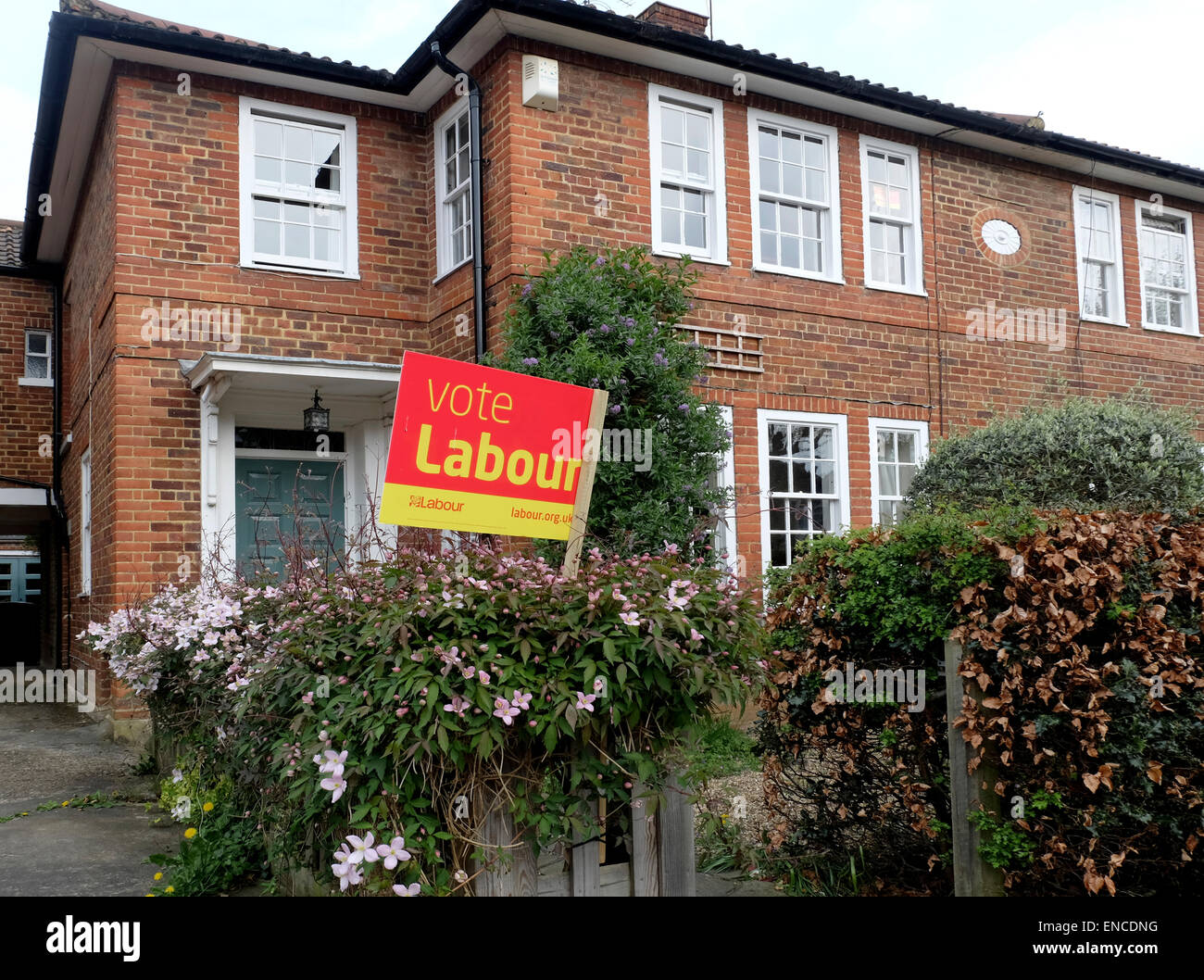 Labour Party Board outside £1.5 million plus houses in Muswell Hill London ! - Stock Image