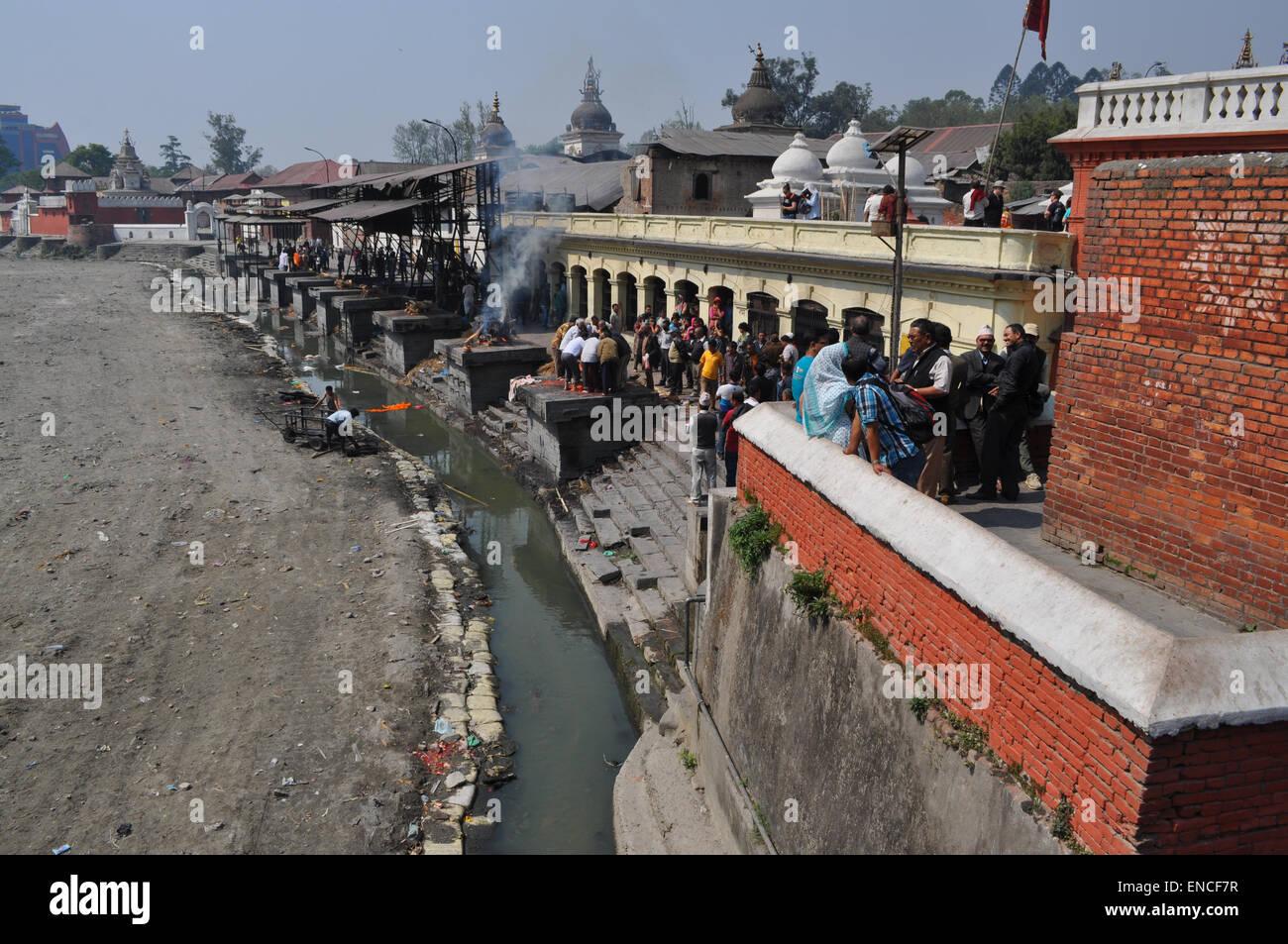 Funeral pyres at Pashupatinath temple on the banks of the Bagmati River, Kathmandu, Nepal. - Stock Image