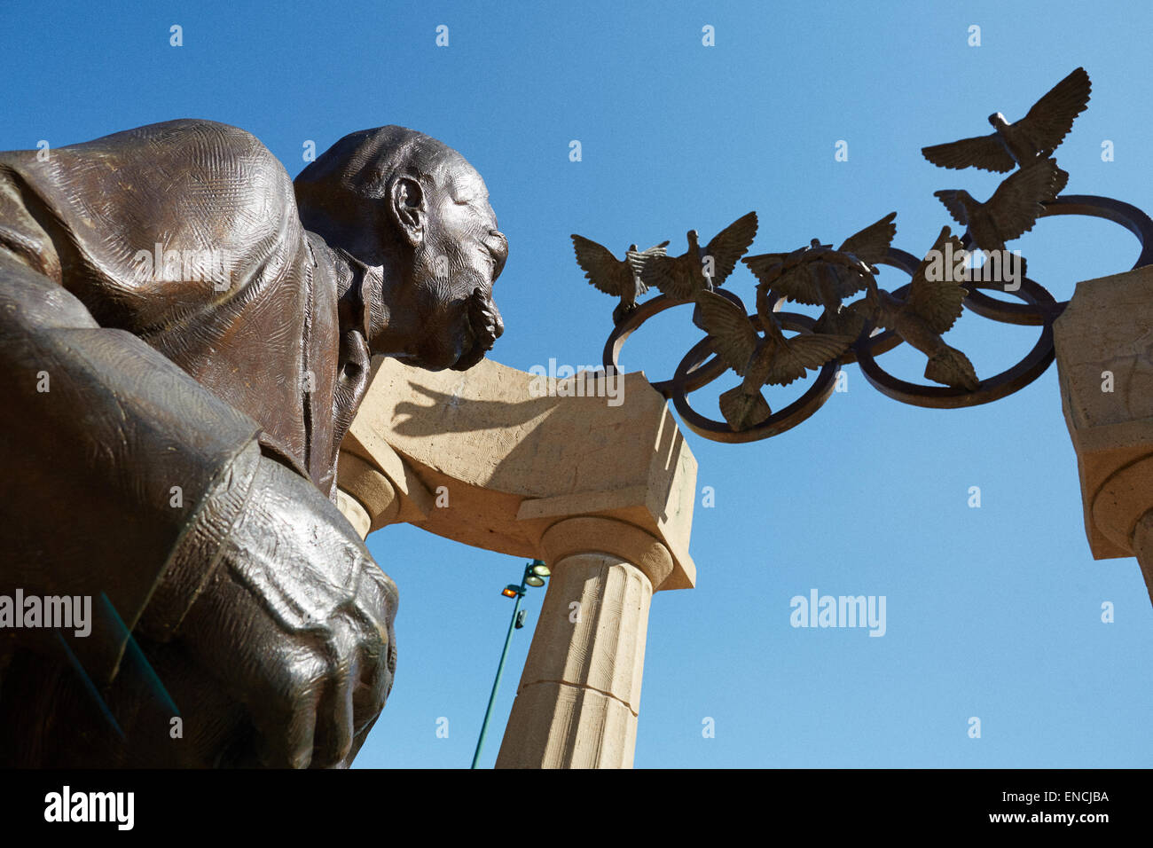 Downtown Atlanta in Georga USA   Picture: Statue of Pierre de Coubertin and Olympic Rings, doves at Centennial Olympic - Stock Image