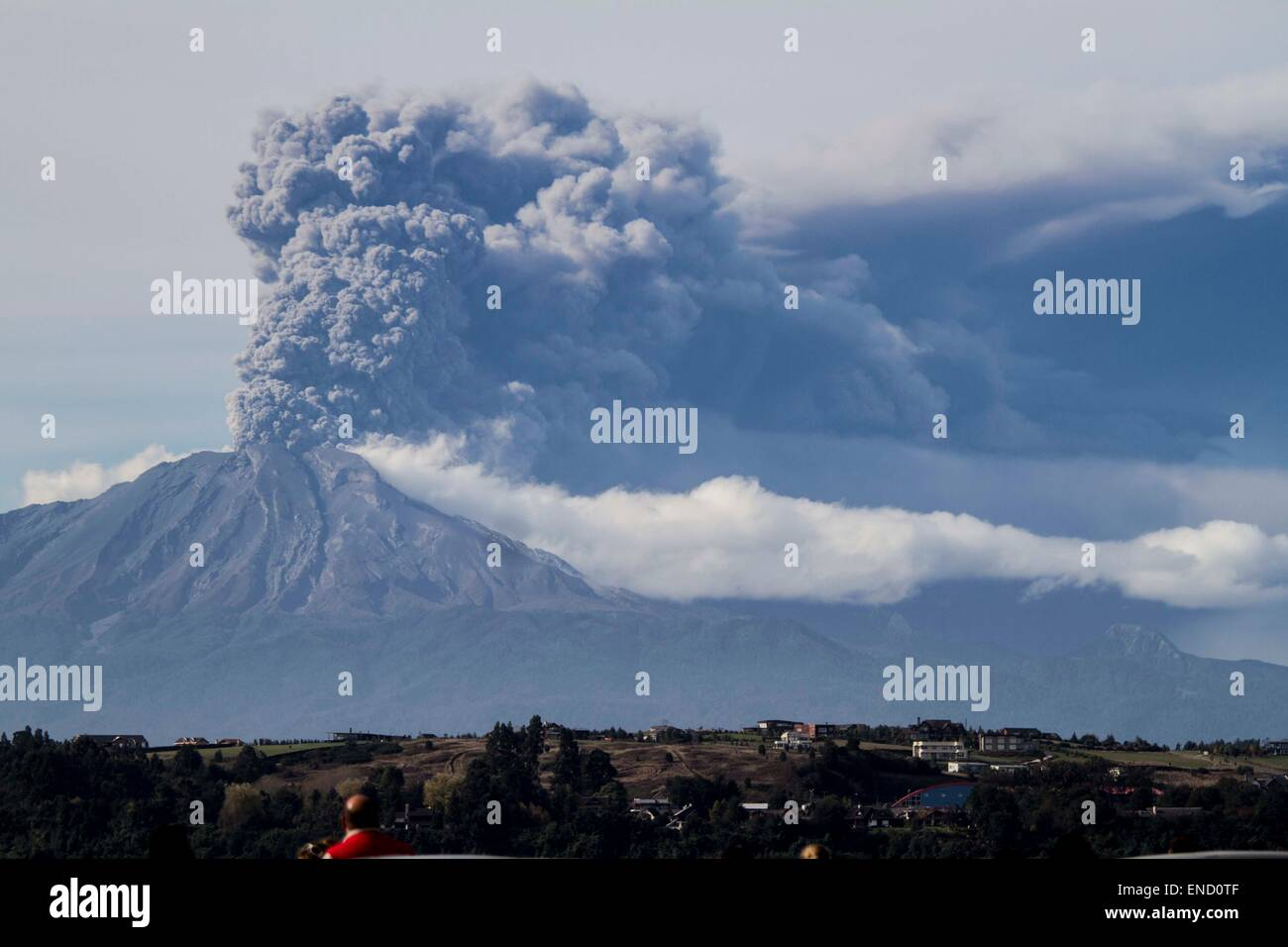 Beijing, Chile. 30th Apr, 2015. Smoke and ash rise from the Calbuco volcano in Puerto Varas, Llanquihue province, - Stock Image