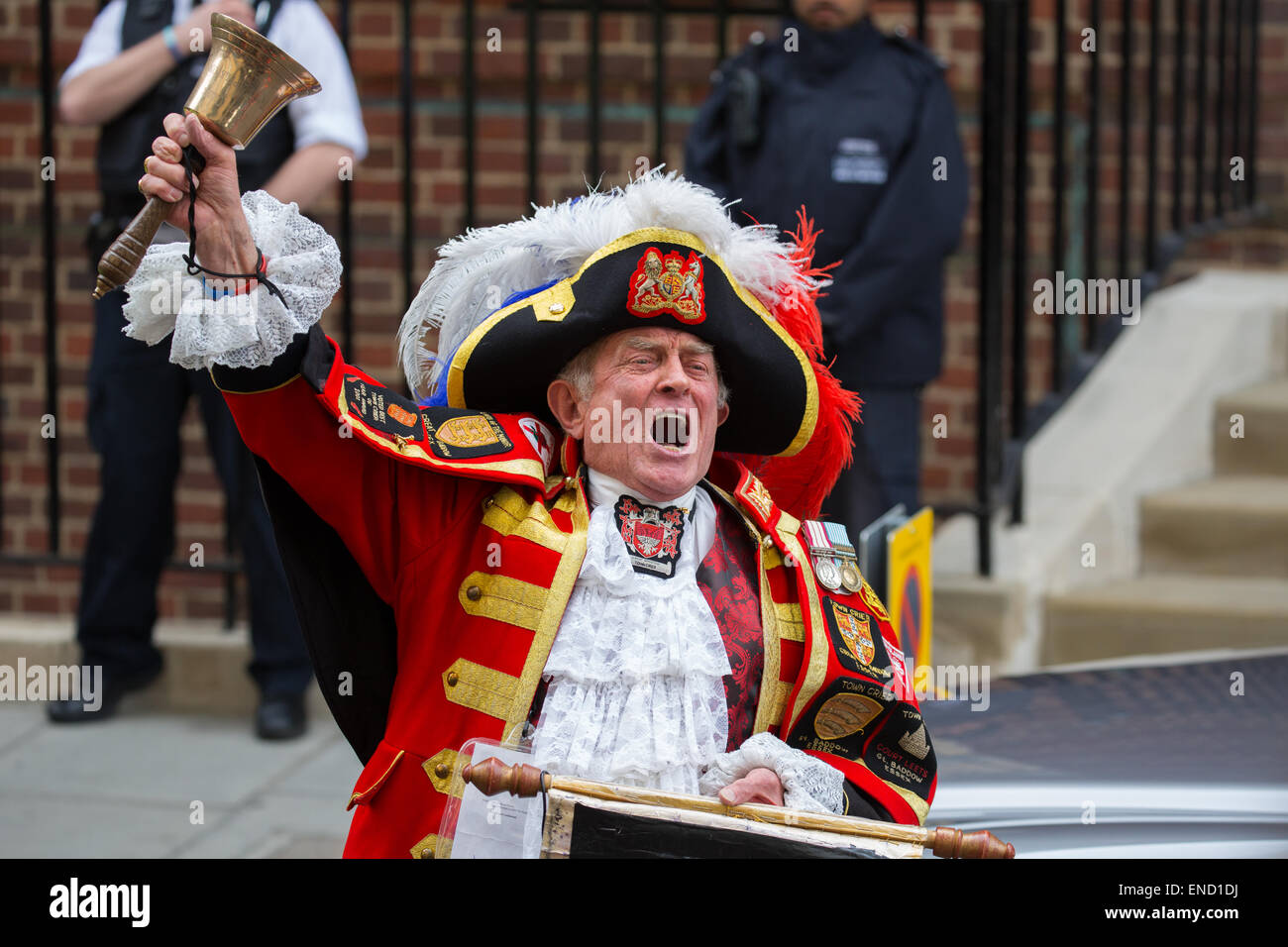 The town crier from Great Baddow in Essex proclaims the birth of a new royal baby girl for Prince William and Catherine - Stock Image