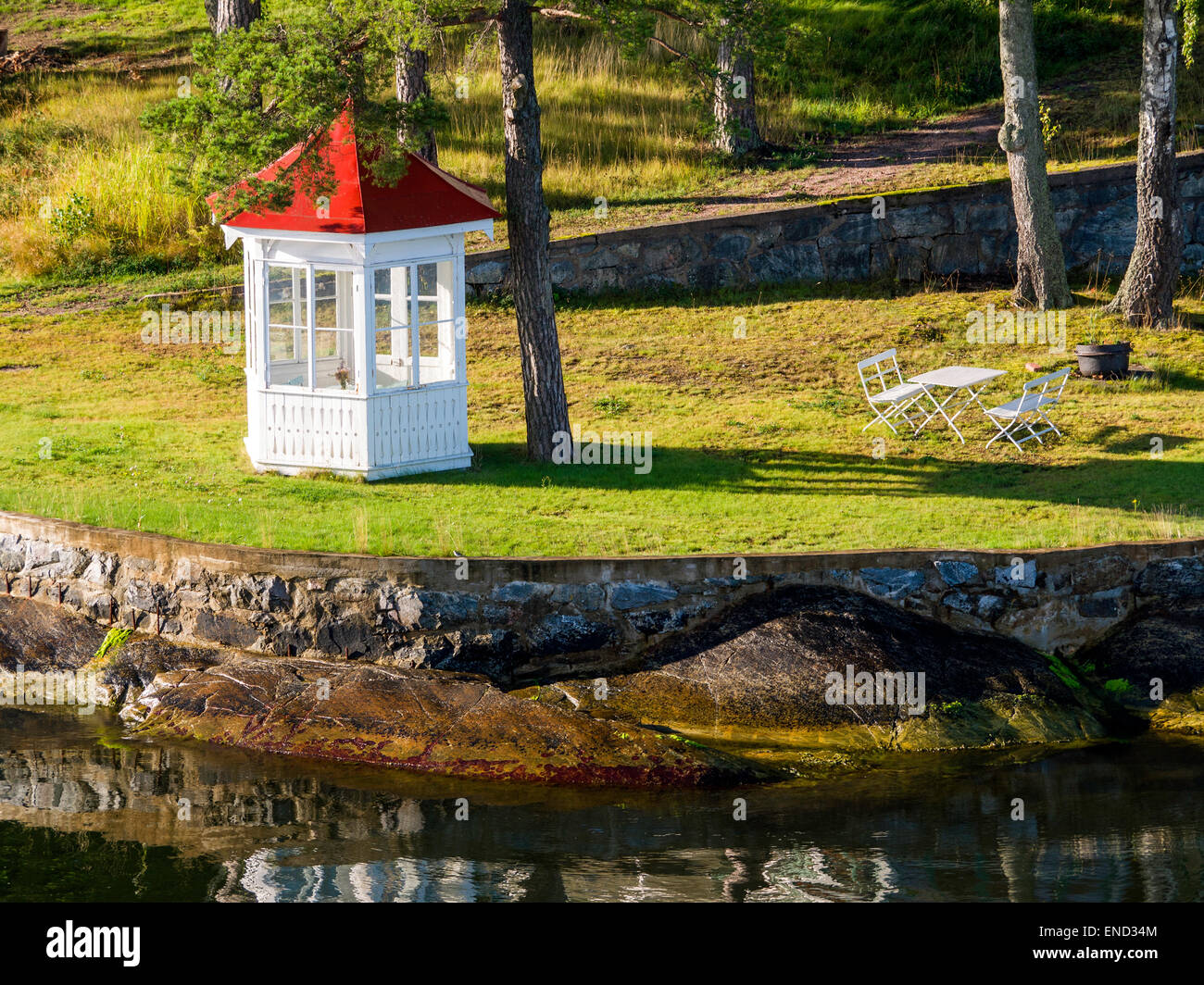 Garden house, table and chairs on a small island in the Stockholm archipelago of Sweden - Stock Image