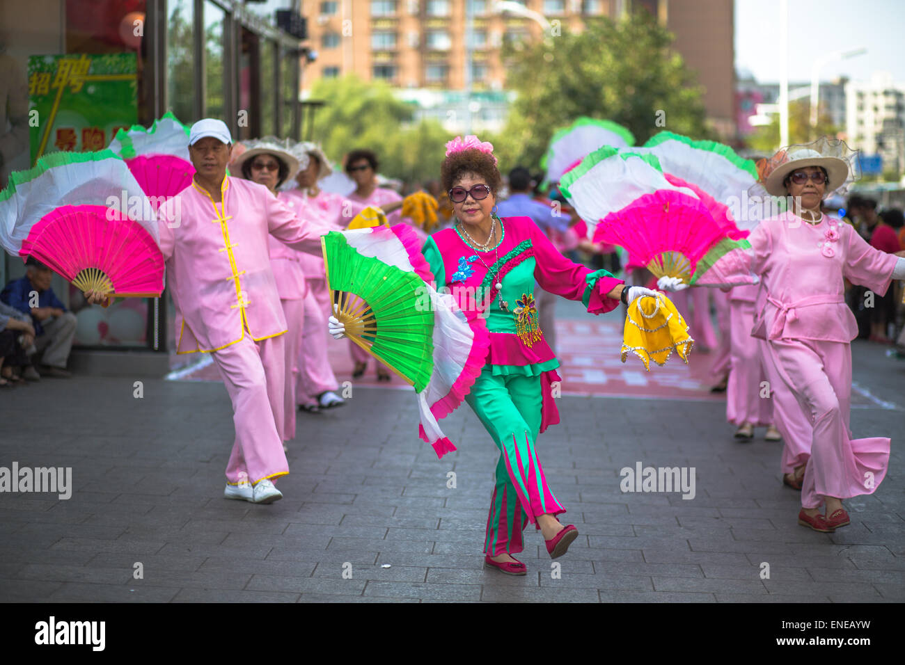 Chinese aunties dancing on the street - Stock Image
