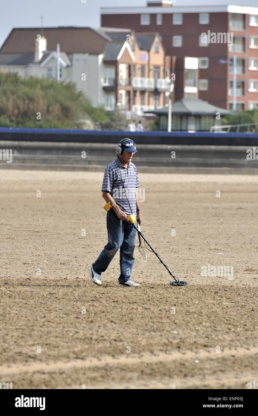 Jew Detector: Male Using Metal Detector On Lytham St Annes Beach Stock