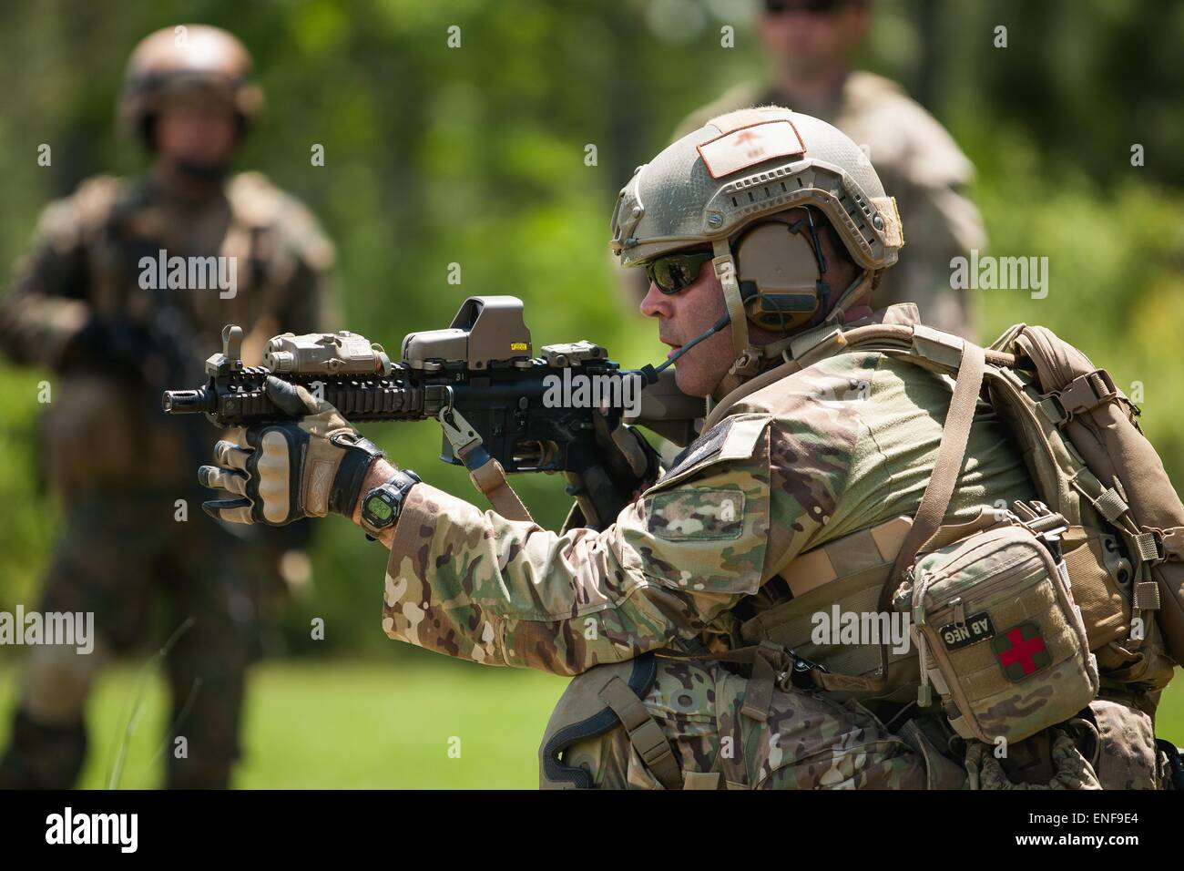 US Special Forces soldier with the Army National Guard demonstrate operational techniques to Chile Special Operation - Stock Image