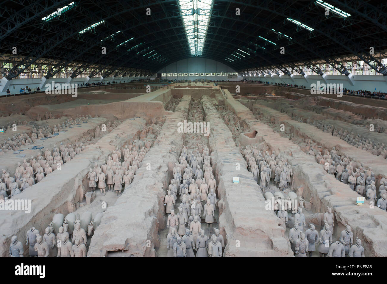 Great Hall, covered first pit, standing warrior figures, Emperor Qin Shi Huang Mausoleum, Terracotta Army, Xi'an - Stock Image