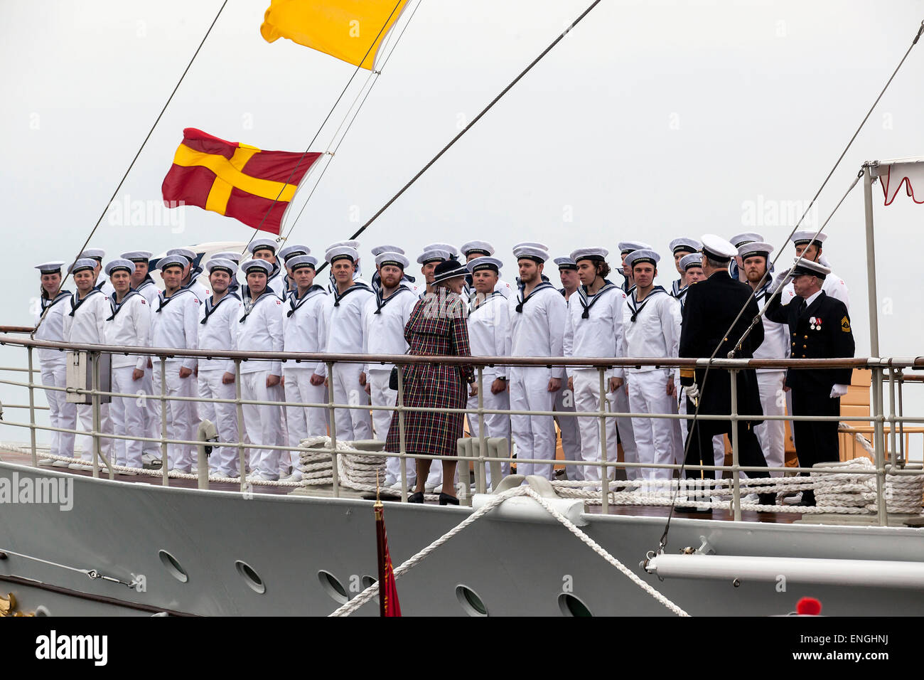 Helsingore, Denmark. 5th May, 2015. H. M. Queen Margrethe and Prince Consort Henrik thanks the crew onboard the - Stock Image