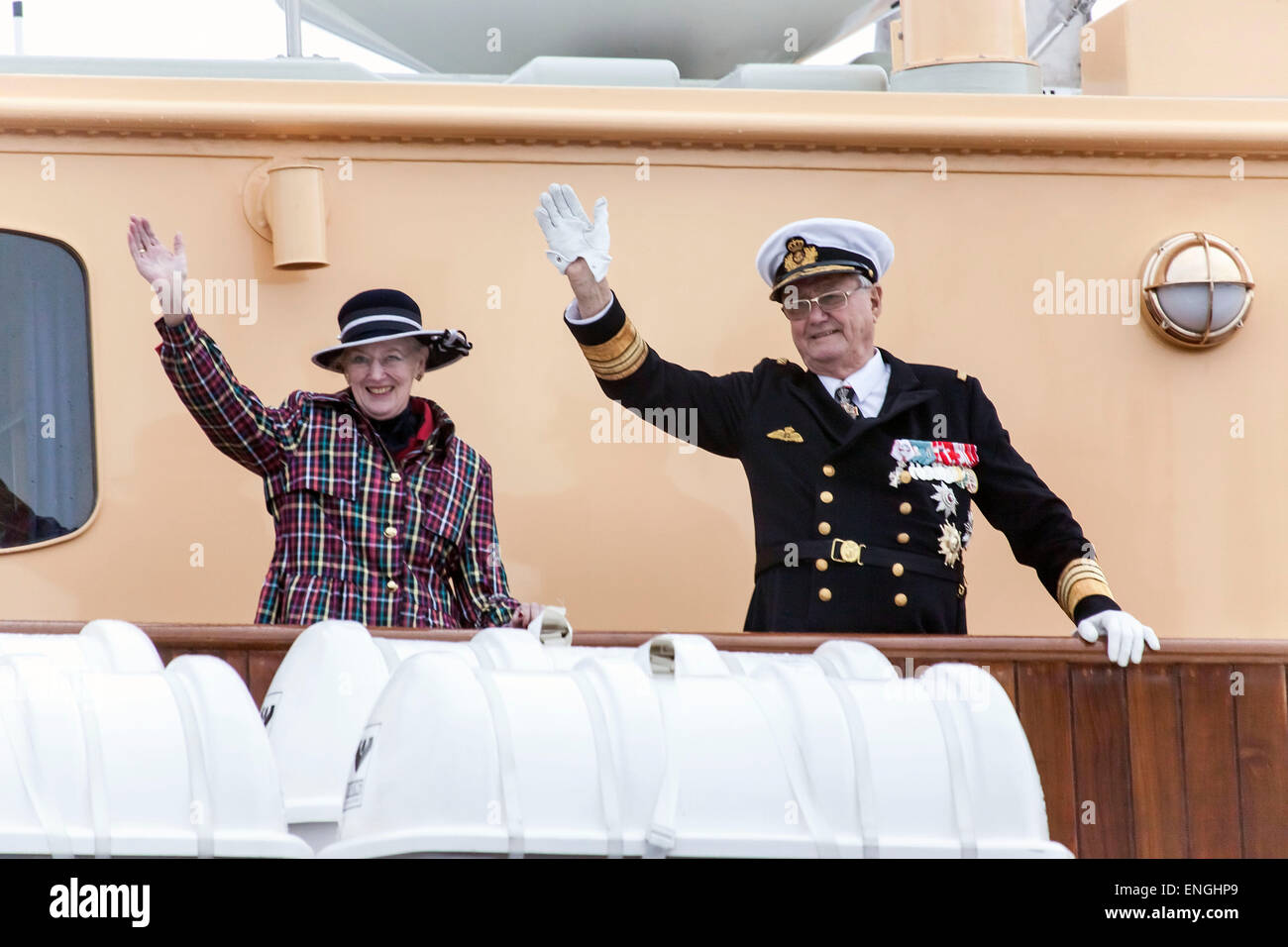 Helsingore, Denmark. 5th May, 2015. H.M. Queen Margrethe and Prince Consort Henrik waves to bystanders. The royal - Stock Image