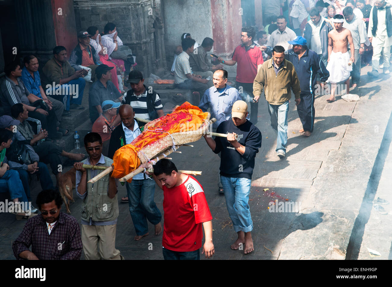 A body headed for cremation in Kathmandu's Pashupatinath temple - Stock Image