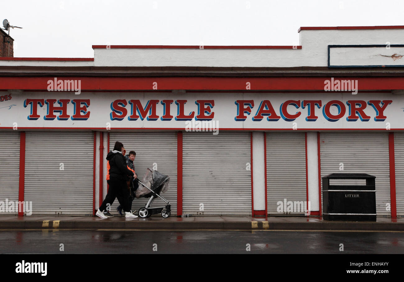 wet day in Cleethorpes, a family walk past The Smile Factory in Cleethorpes near Grimsby - Stock Image