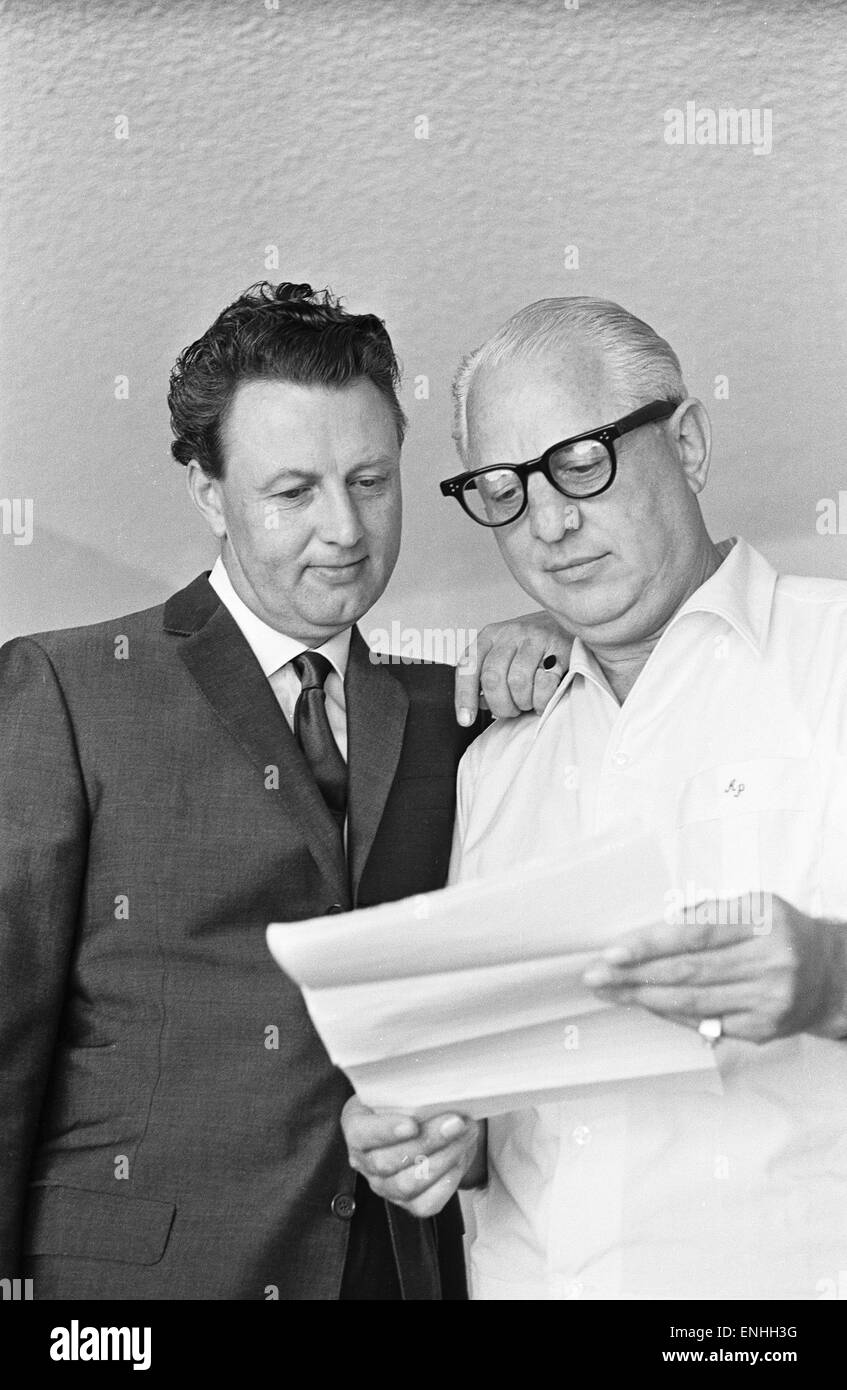 Denis Loraine and Abe Phillips, his bail bondsman, in Los Angeles, USA, 10th August 1965. - Stock Image
