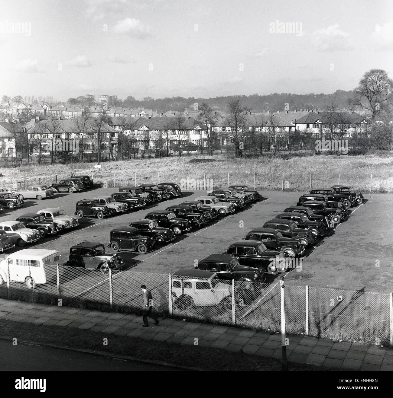 historical, 1950s, rows of motor cars parked on a piece of empty suburban land. - Stock Image