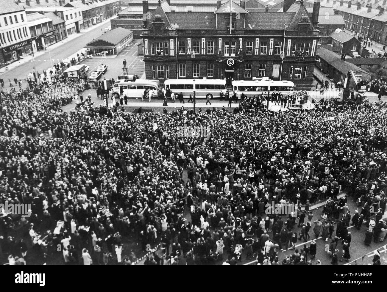 Widnes return home to waiting crowds at the town hall for the civic reception following their victory in the Rugby - Stock Image