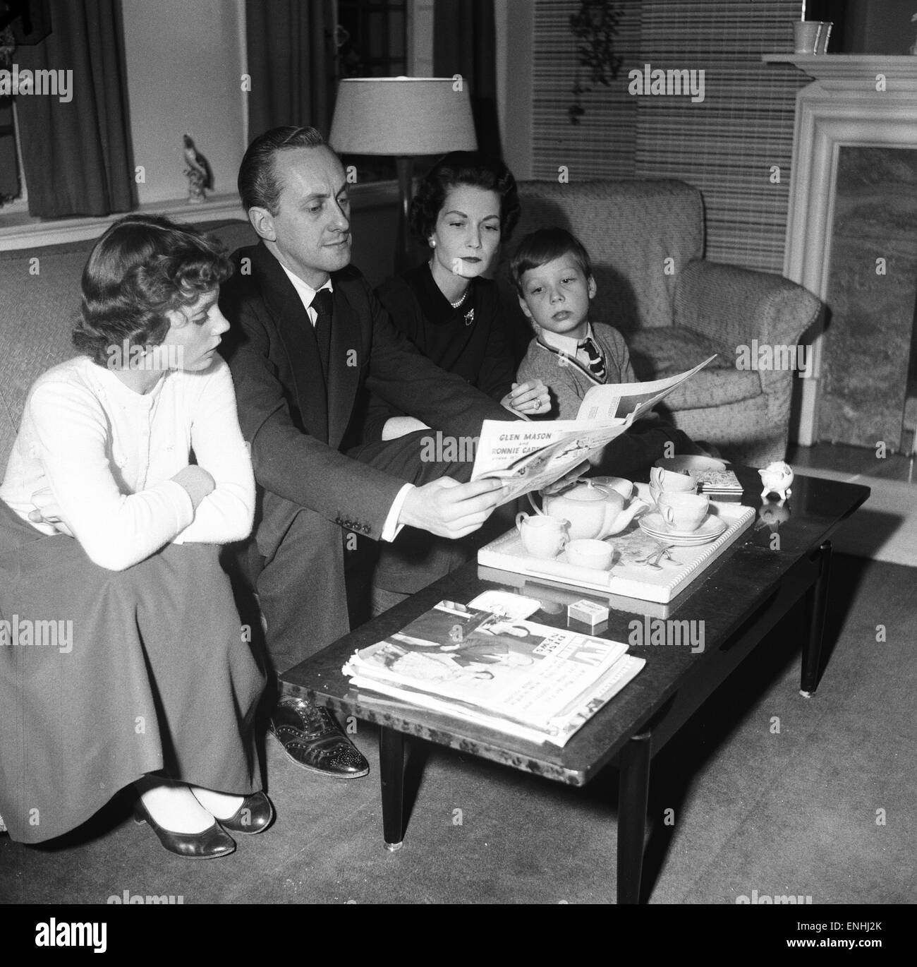 Tv presenter Hughie Green seen here at home with his family. Left to right daughter Linda Hughie Green, wife Clair Stock Photo