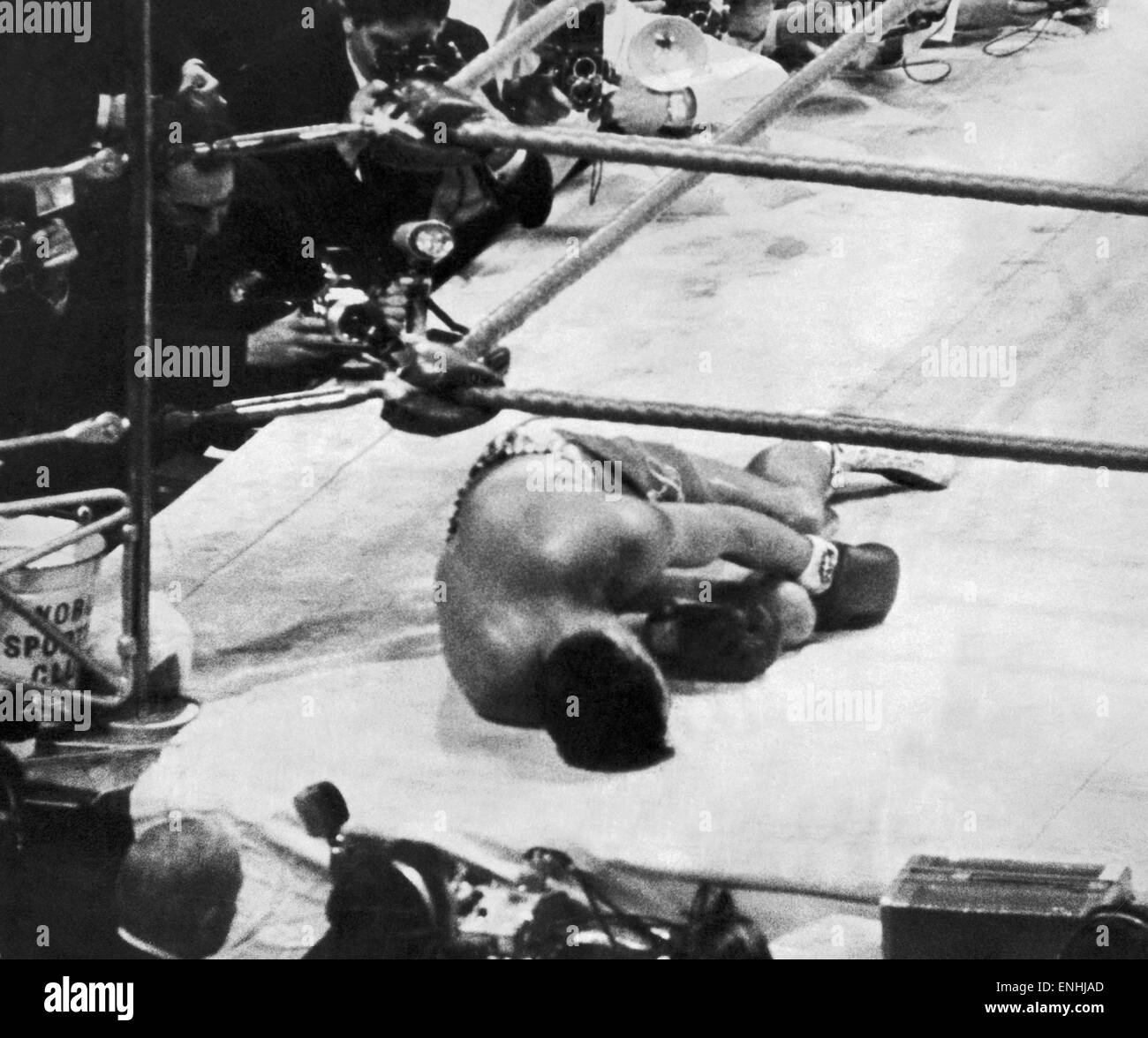 Brian London, Boxing British Heavyweight Boxer lays on the canvas at Earls Court after being knocked out by Cassius - Stock Image
