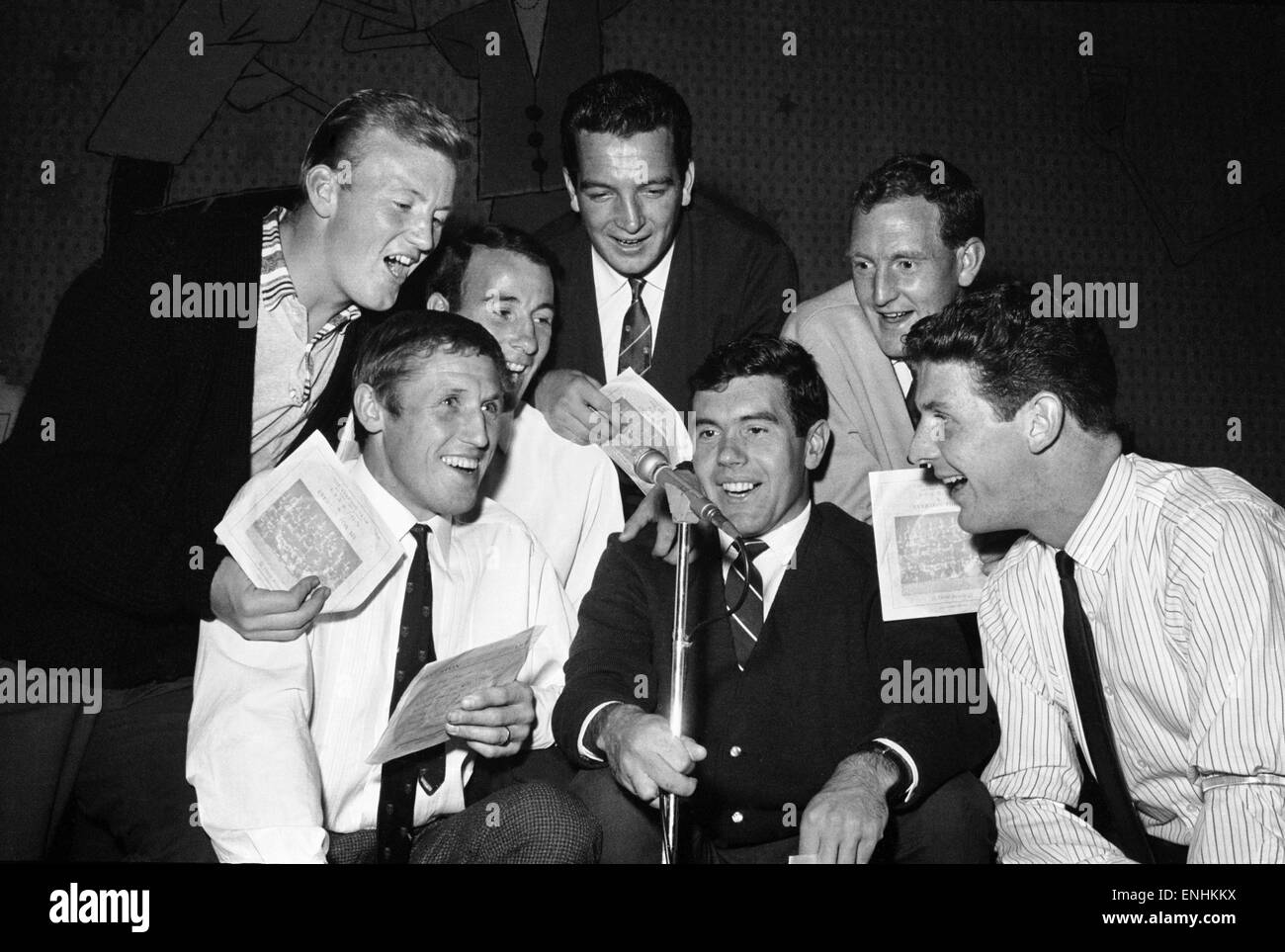 Everton football players cut a disc. Let to right: Jimmy Gabriel, Jimmy Harris, Dennis Stevens, Alex Parker, Alex - Stock Image