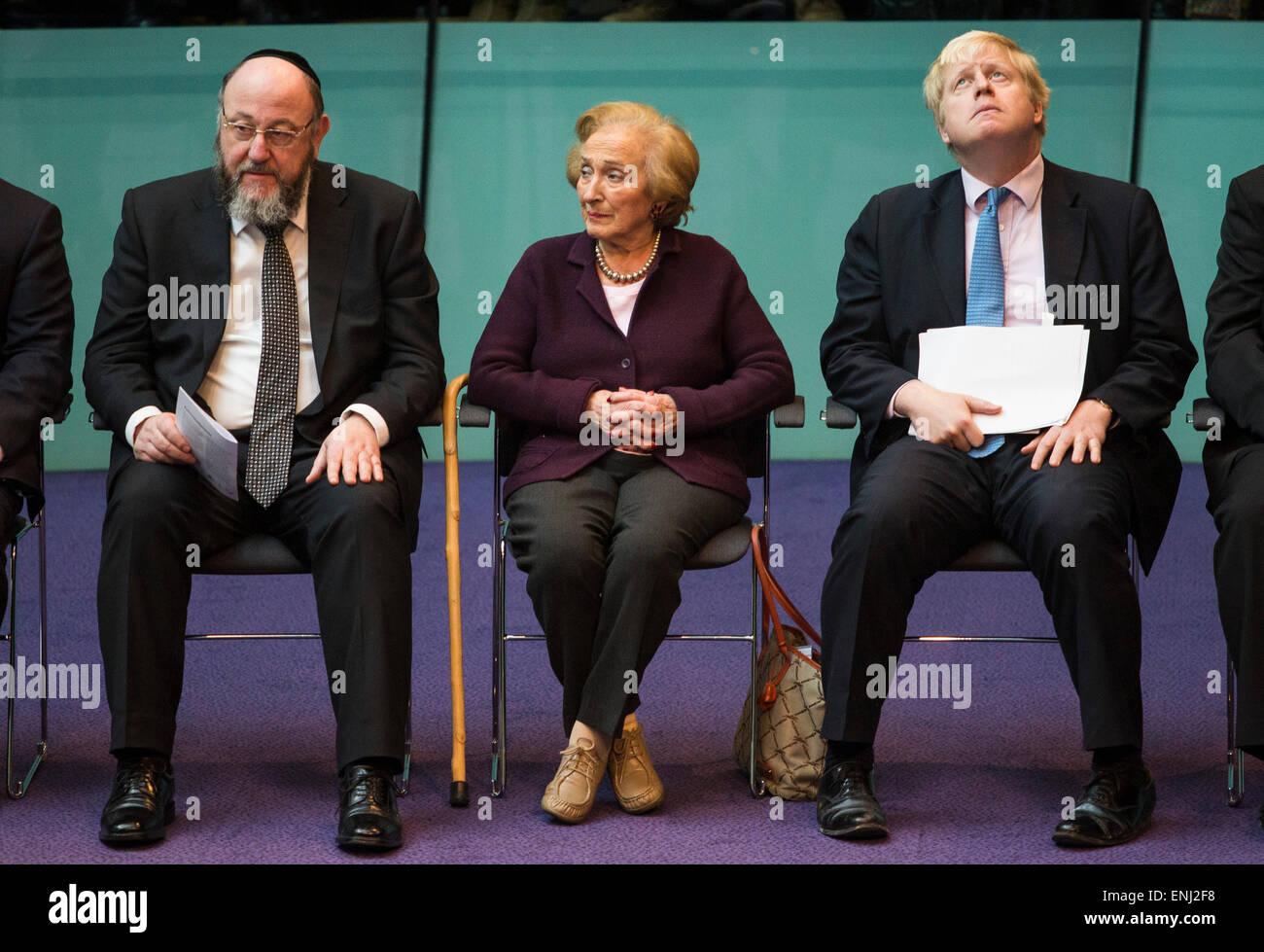 UNITED KINGDOM, London : (L-R) Chief Rabbi Ephraim Mirvis, Holocaust survivor Freda Wineman and The Mayor of London - Stock Image