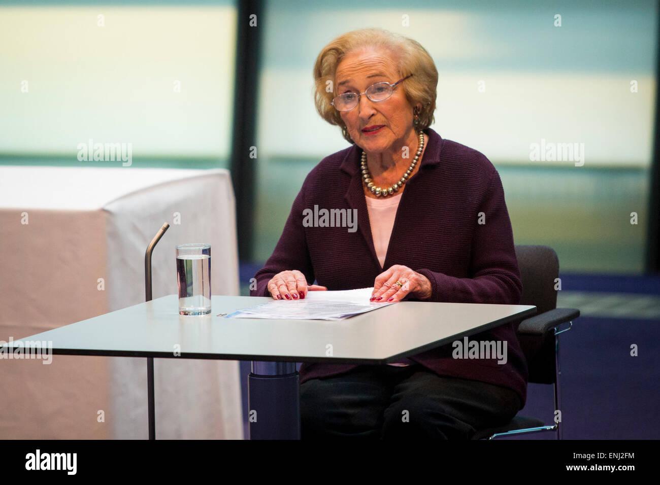 UNITED KINGDOM, London : Holocaust survivor Freda Wineman speaks at City Hall today for the annual Holocaust Memorial - Stock Image