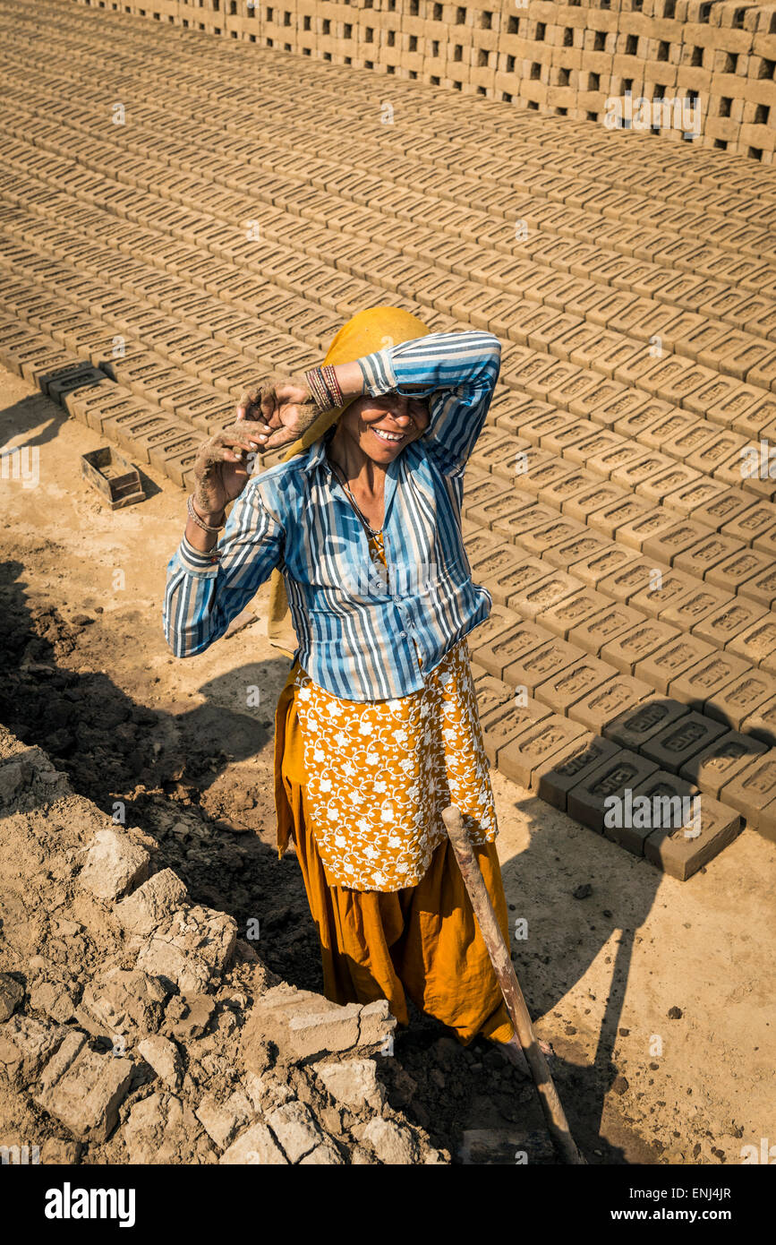 Female labourer at a brick works in Uttar Pradesh, India - Stock Image
