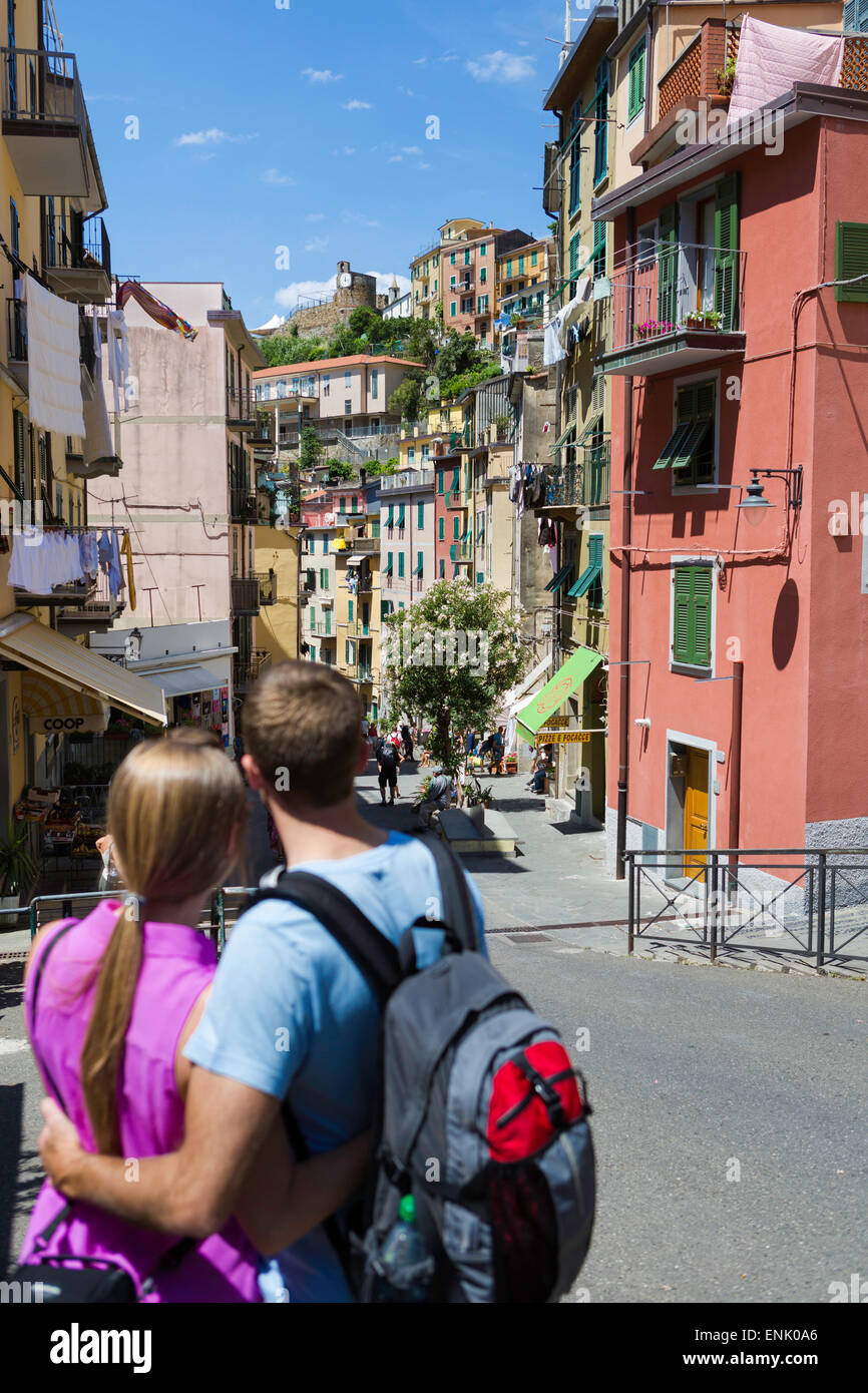 Young couple in clifftop village of Riomaggiore, Cinque Terre, UNESCO World Heritage Site, Liguria, Italy, Europe - Stock Image