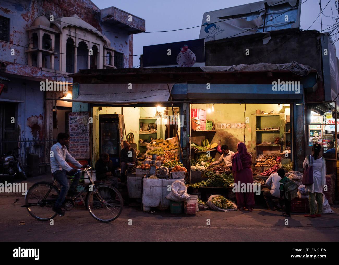 Street greengrocers at night, Agra, Uttar Pradesh, India, Asia - Stock Image
