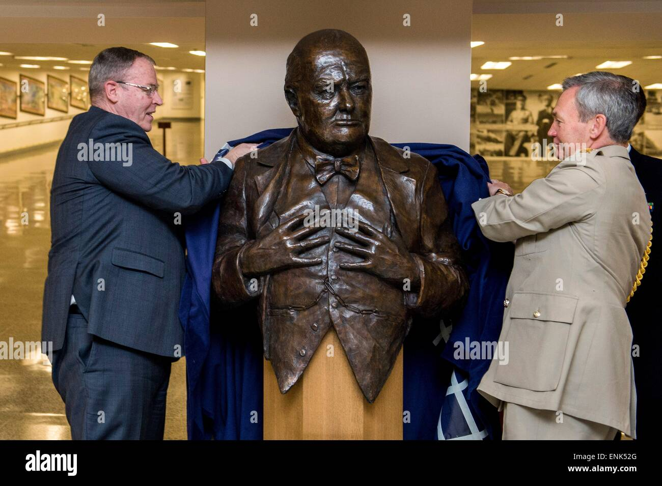 British Chief of the Defence Staff Gen. Nick Houghton and U.S. Deputy Secretary of Defense Bob Work unveil a bust - Stock Image