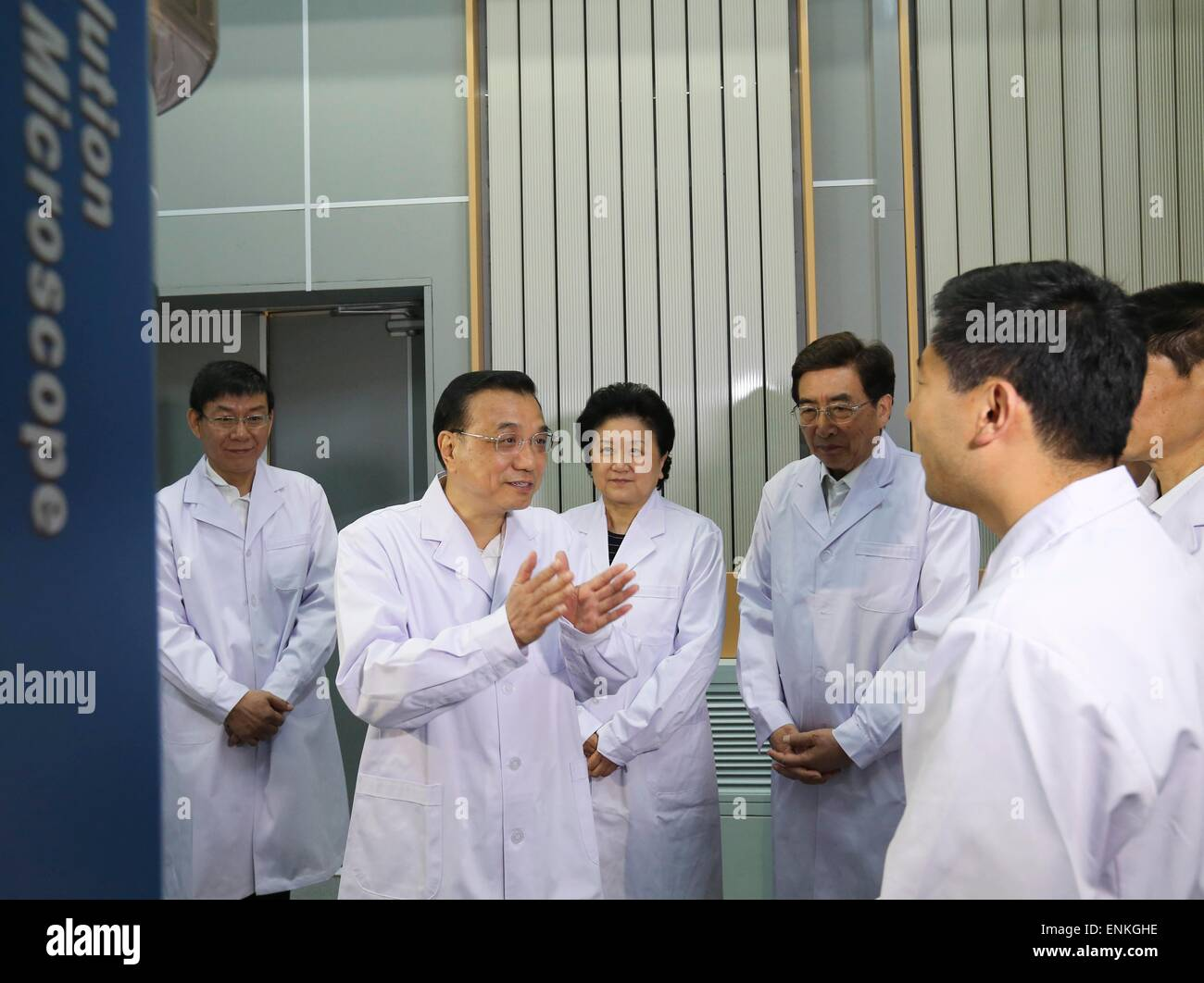 Beijing, China. 7th May, 2015. Chinese Premier Li Keqiang (2nd L) visits the Laboratory of Advanced Materials & - Stock Image
