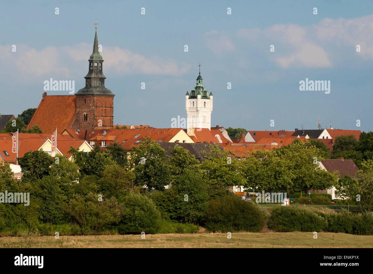 Blick ueber die Auen auf Stadt, Verden an der Aller, Niedersachsen, Deutschland |  View over meadows on town, Verden - Stock Image