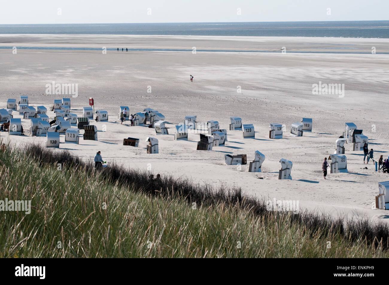 Bewachsene Duenen, Sandstrand, Strandkoerbe, blaues Meer, Spiekeroog, Ostfriesische Insel, Nordseekueste, Ostfriesland, - Stock Image