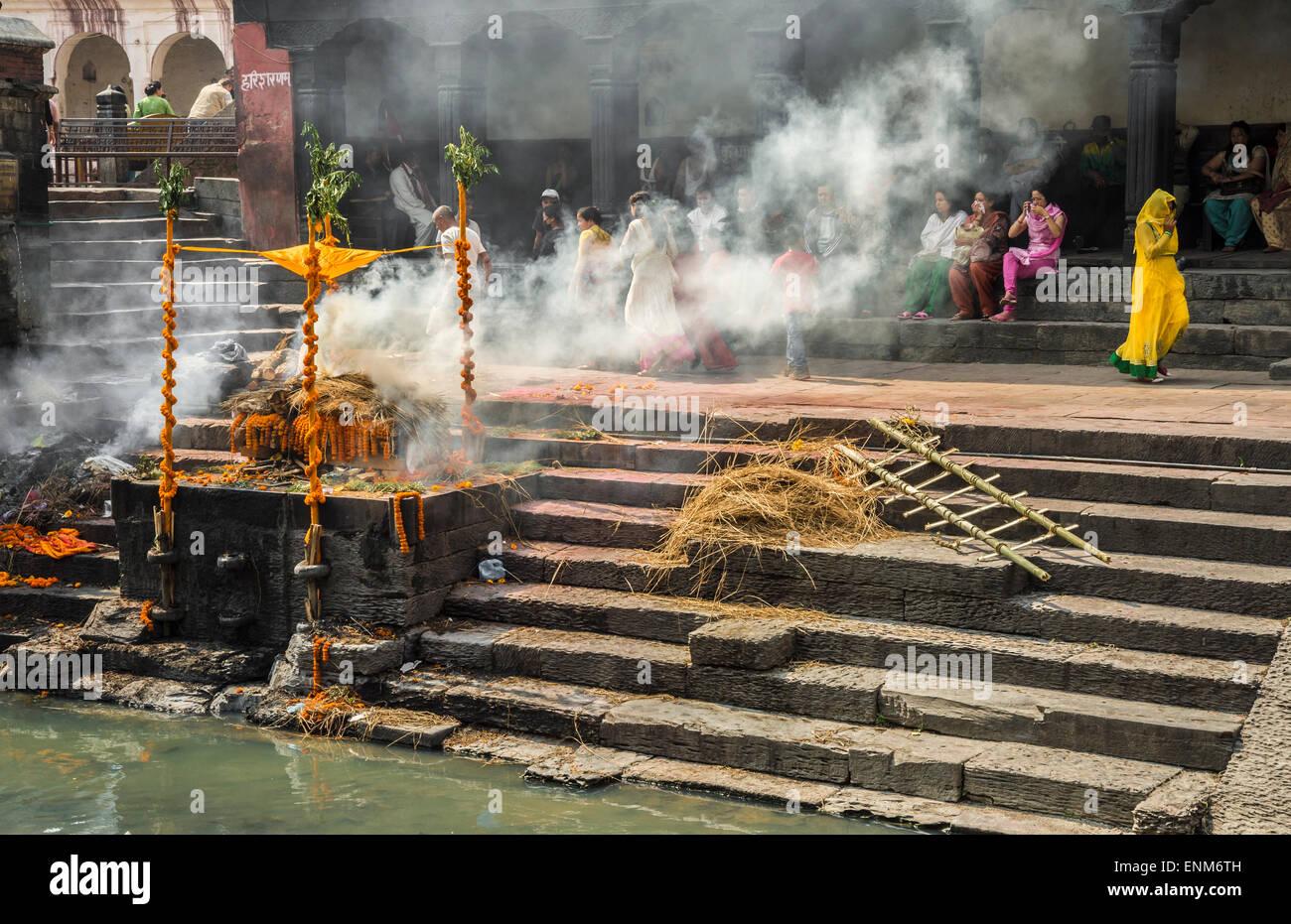 Cremation ceremony at Pashupatinath Temple in Kathmandu - Stock Image