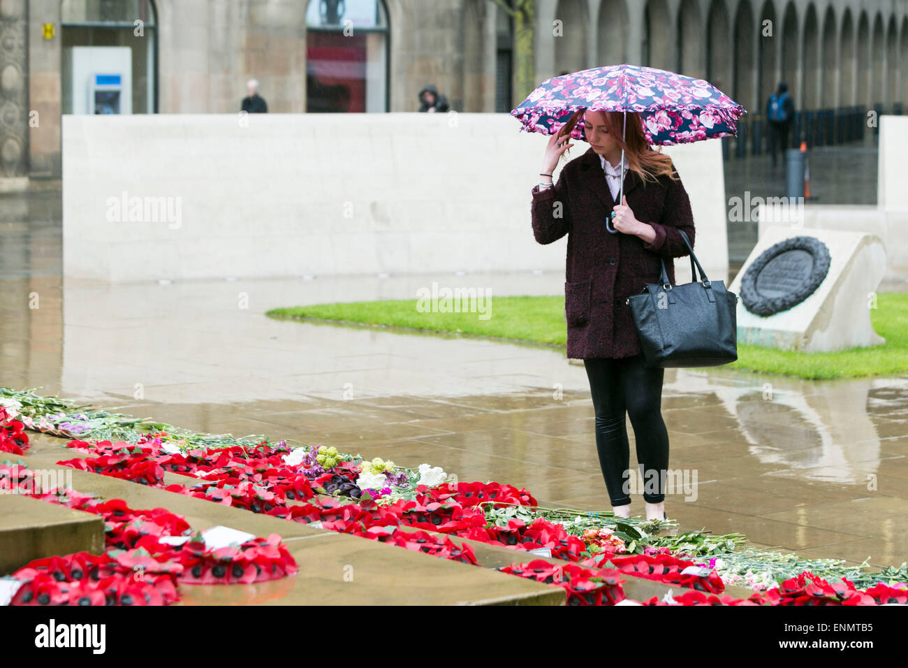 The Manchester Cenotaph in St Peter's Square.A two minute silence to commemorate the Victory in Europe VE day - Stock Image