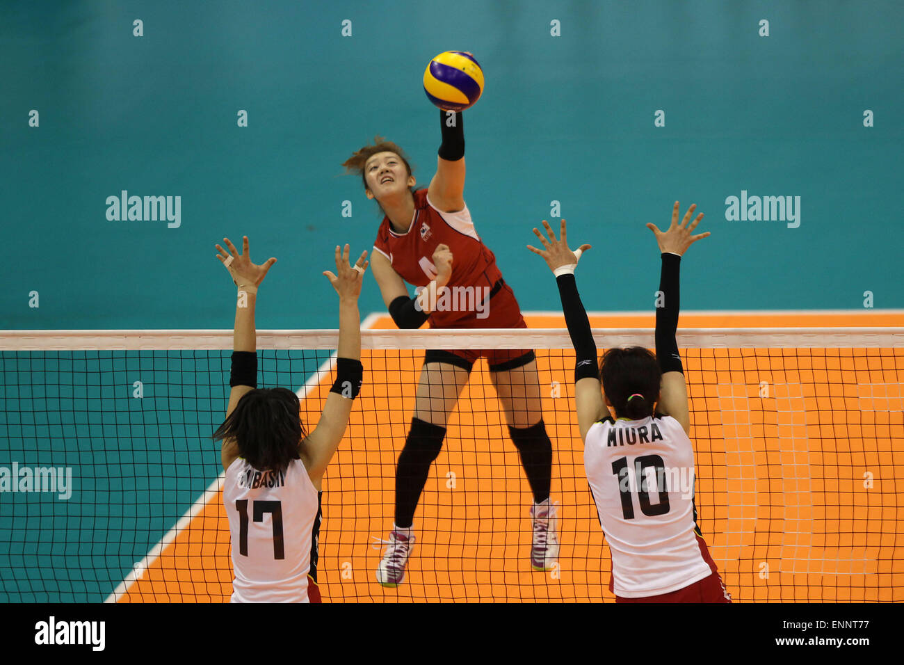 Pasig City, Philippines. 9th May, 2015. An Hyeri (C) of South Korea spikes the ball against Kaori Mabashi (L) and - Stock Image