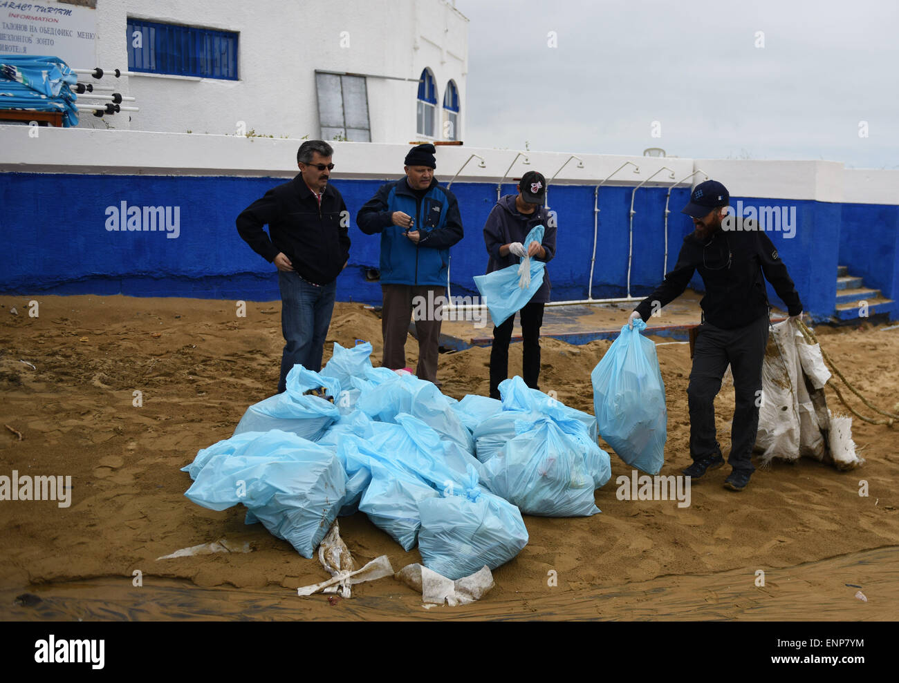 Istanbul, Turkey. 9th May, 2015. Volunteers collect pags of litters together at the seashore of Black Sea in Istanbul, - Stock Image